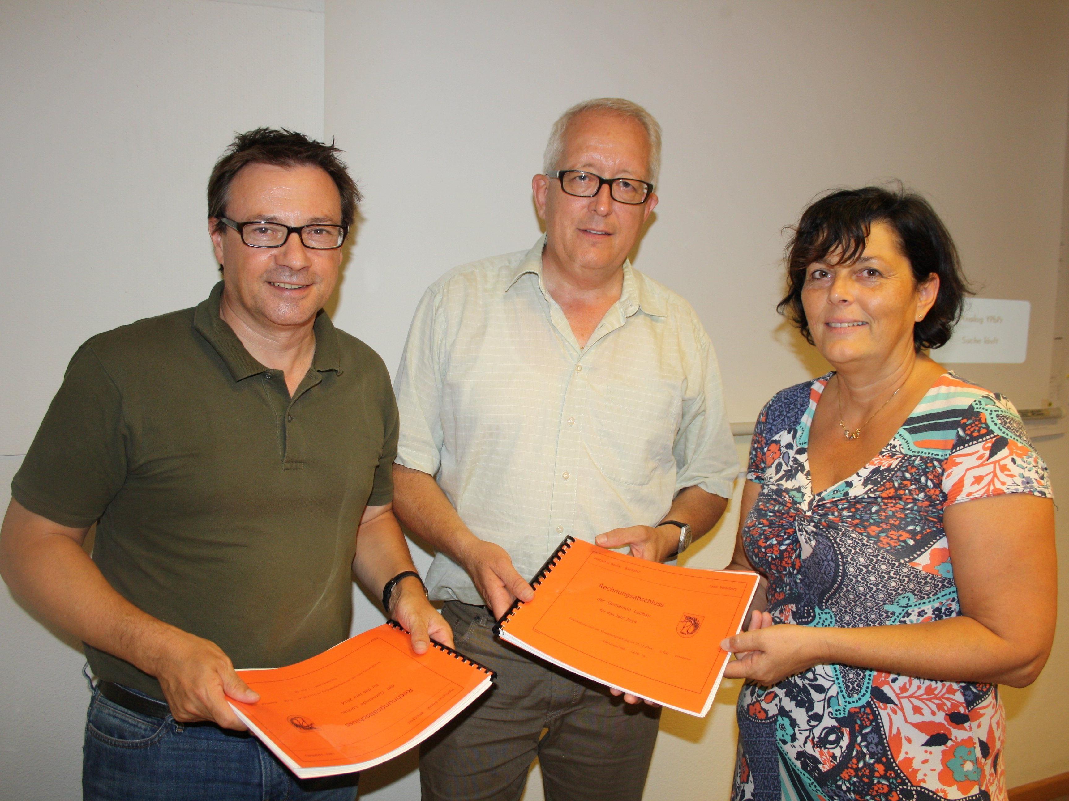 BU: Vizebürgermeister Christophorus Schmid, Bürgermeister und Finanzreferent Michael Simma sowie Aurelia Hutter als Leiterin der Finanzverwaltung der Gemeinde Lochau.
