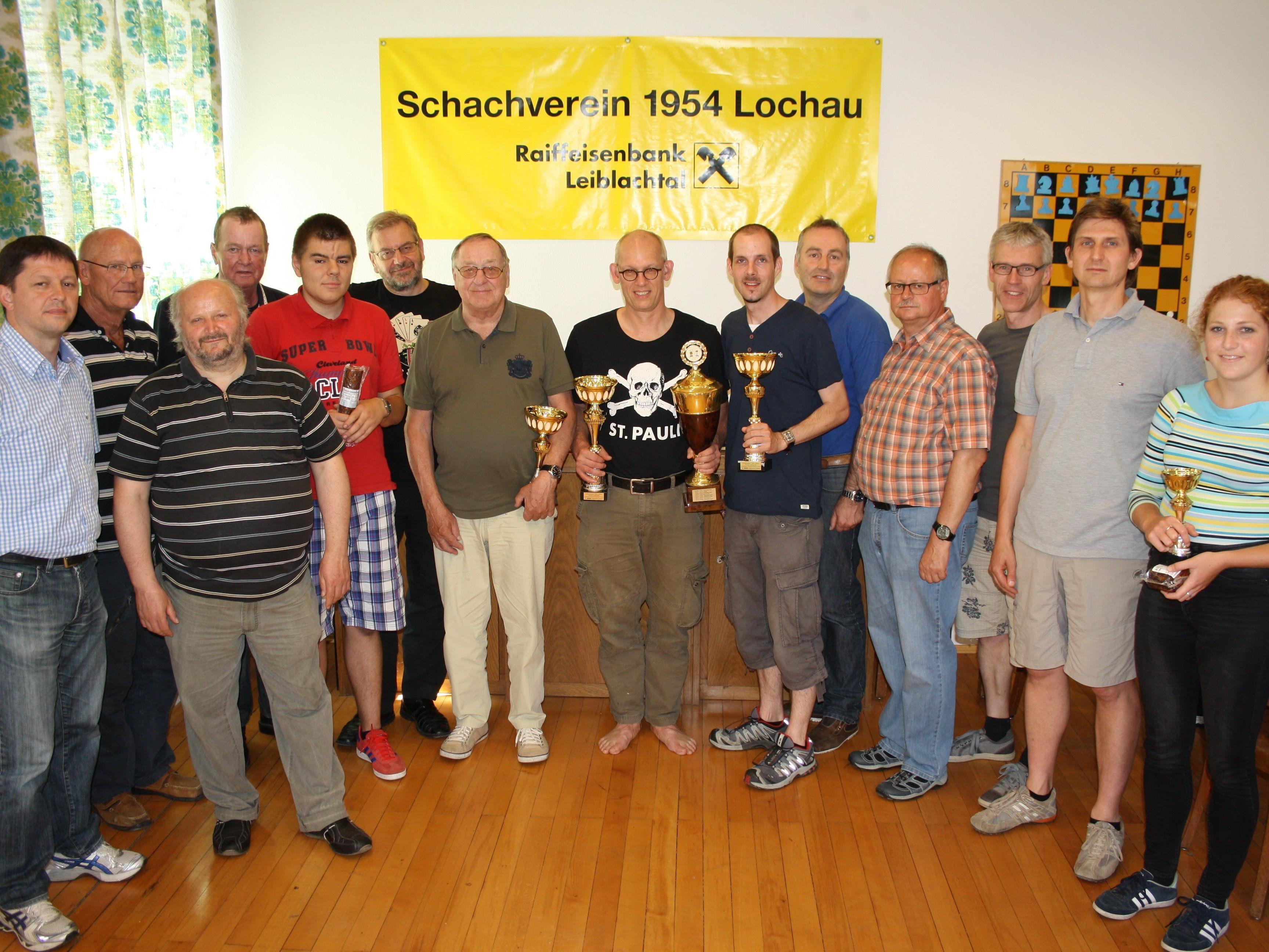 """Die erfolgreichen """"Finisher"""" des 8. Lochauer Schach-Triathlons des Schachvereines 1954 RAIBA Lochau im Klublokal im Vereinshaus """"Alte Schule""""."""