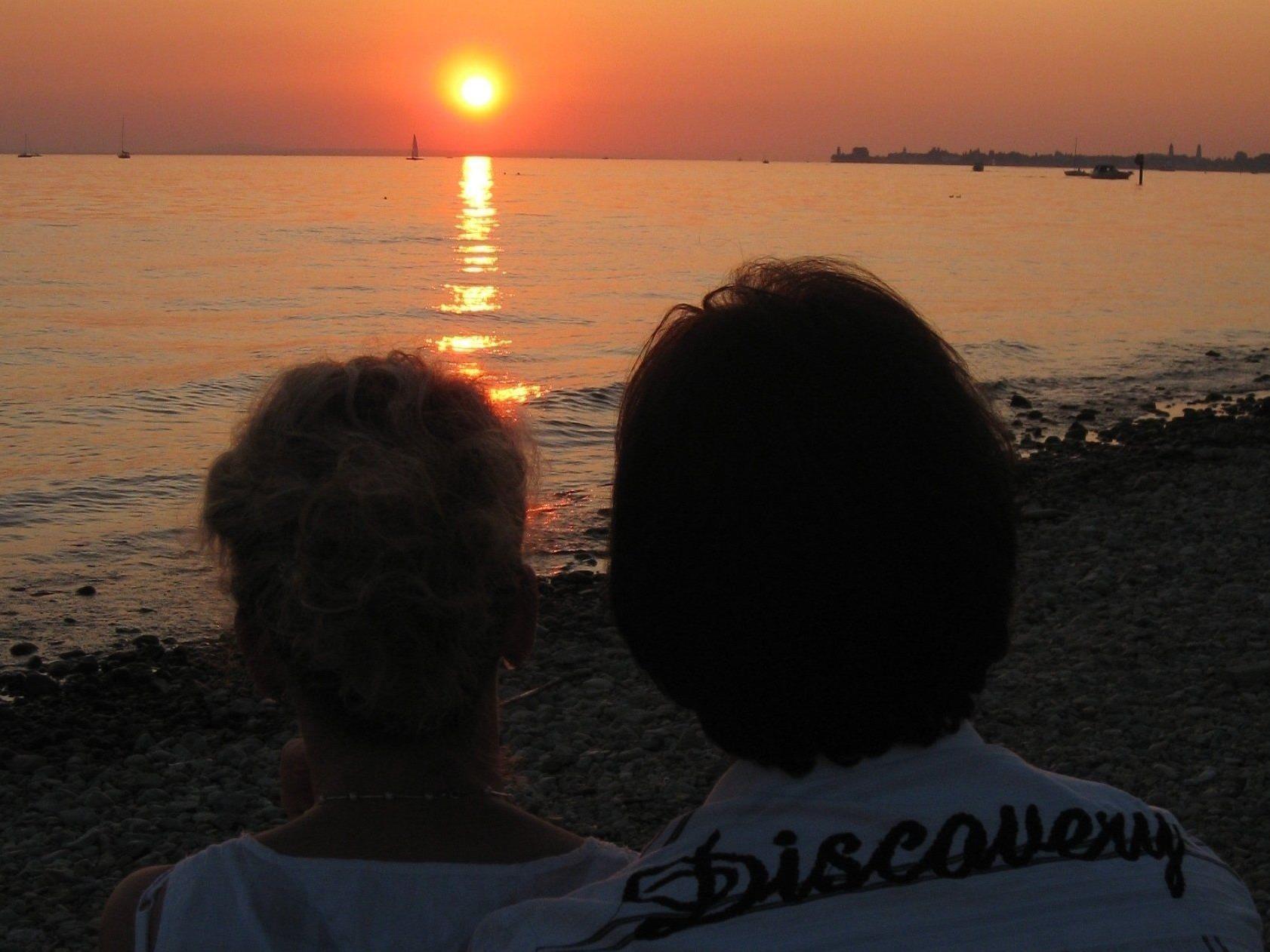 """An diesem Sommerabend ist auf der Terrasse des Strandbad-Cafe-Restaurants """"Treff am See"""" laut Wetterbericht auch ein stimmungsvoller Sonnenuntergang garantiert."""