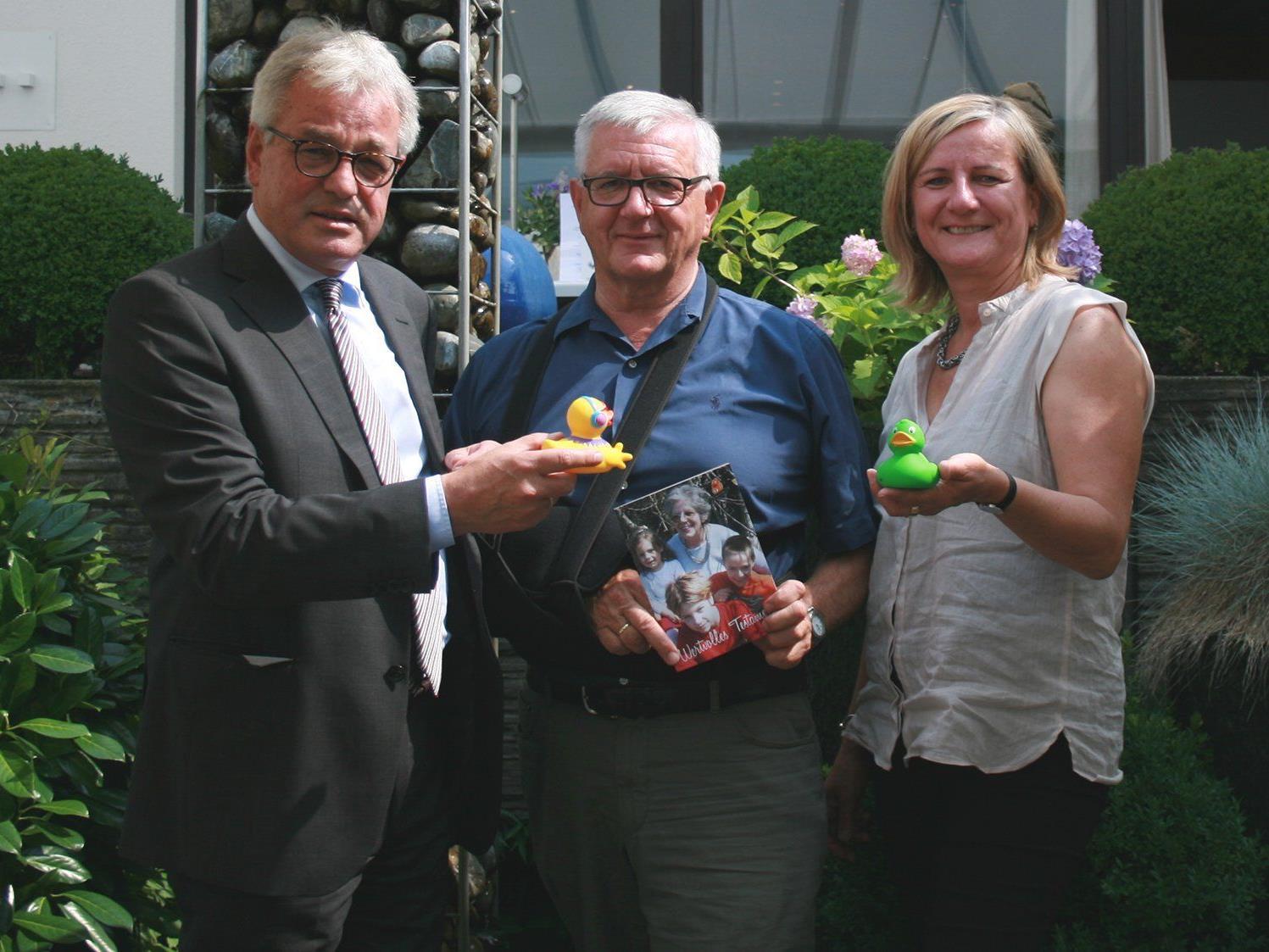"""v.l.: Wolfgang Götze (Notar), Franz Abbrederis (Obmann """"Netz für Kinder"""") und Maria Feurstein (Geschäftsführerin """"Netz für Kinder"""") präsentierten die Bilanz des Vereinsjahres 2014."""