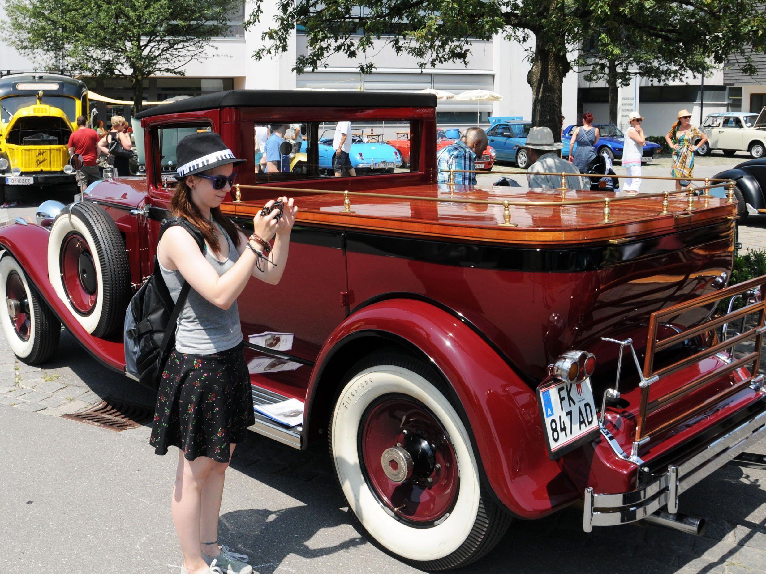 Ein perfekt restaurierter Packard von 1929 und ein deutlich jüngerer Fan alter Autos in Fußach.