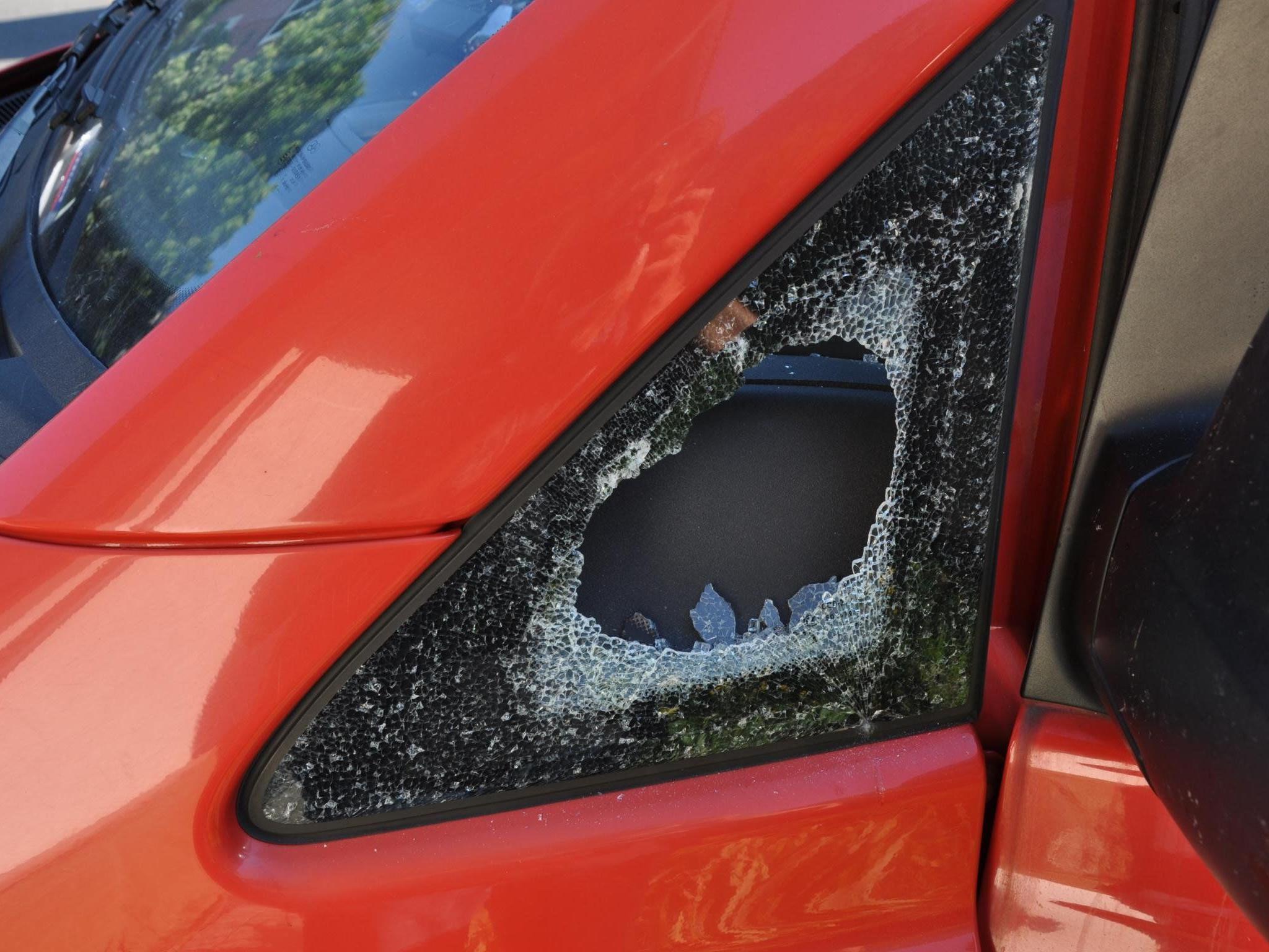 Die Täter verschaffen sich über Seitenfenster Zugang zu den Autos.