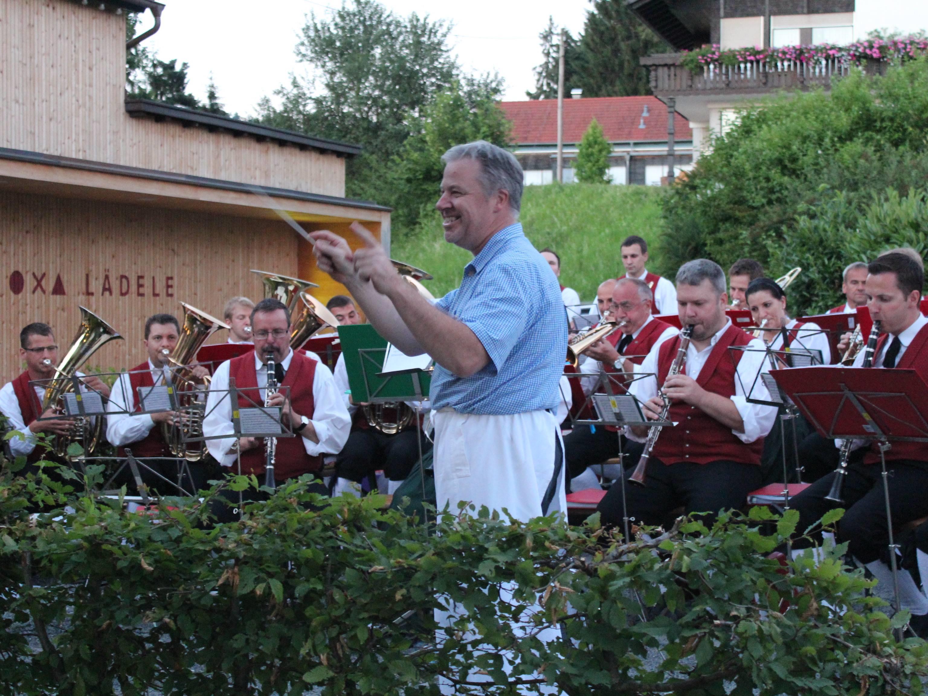 Auch Ochsen-Wirt Hanspeter Tauber dirigierte einen Marsch beim Platzkonzert.