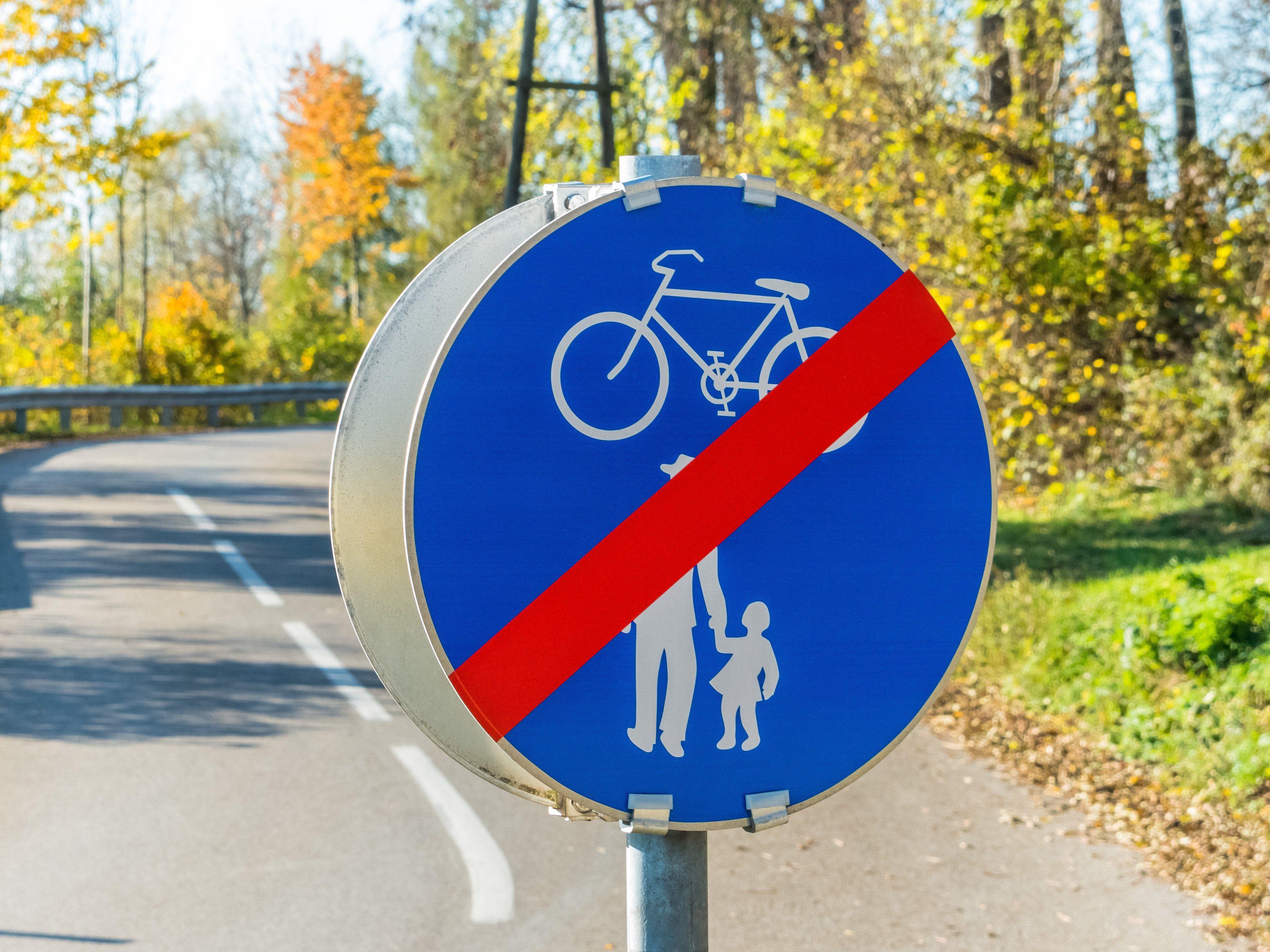 Die 70-Jährige war mit dem Fahrrad auf dem Gehsteig unterwegs.