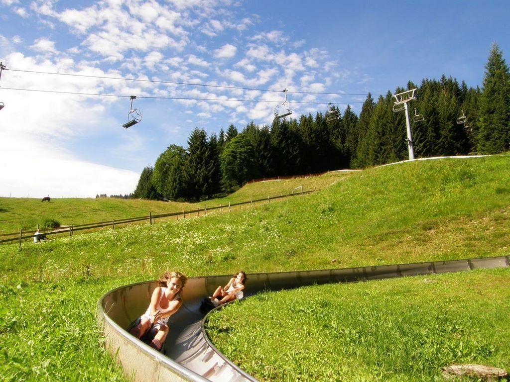 """""""2 x Spaß haben, 1 x zahlen"""" heißt es freitags und samstags im August bei der Sommerrodelbahn Laterns."""