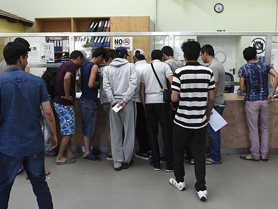 Asylwerber stehen am Infopoint im Erstaufnahmezentrum in Traiskirchen