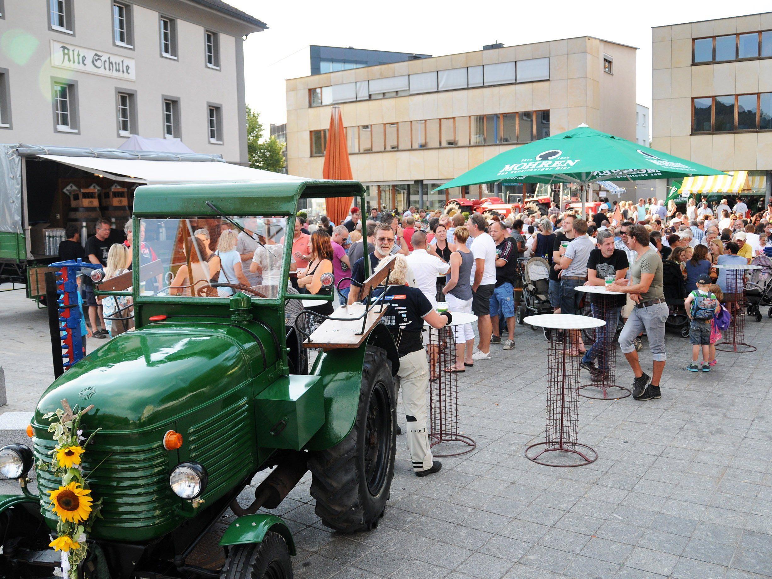 """Zahlreiche Gäste beim """"Sommer am Kirchplatz"""" mit dem Rheindelta Träkerclub."""