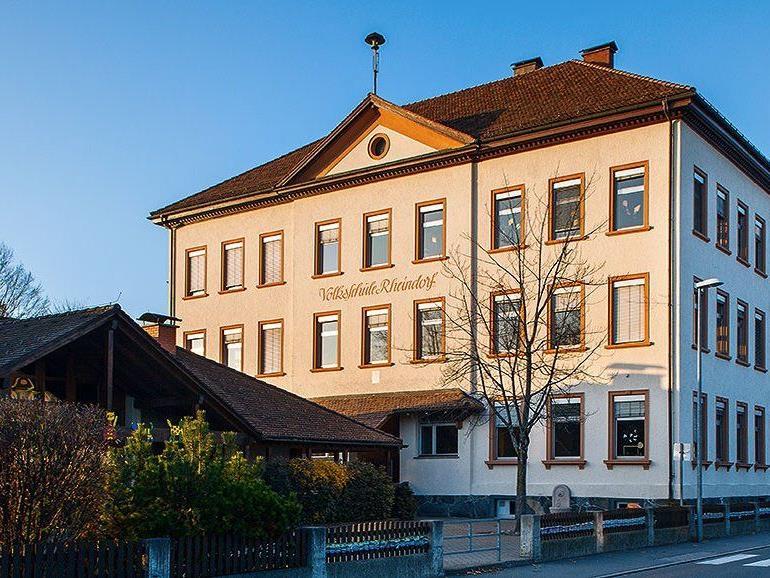 : Die Volksschule Rheindorf wird erweitert, die Turnhalle aufgestockt und der Schulplatz hinter die Turnhalle verlegt.