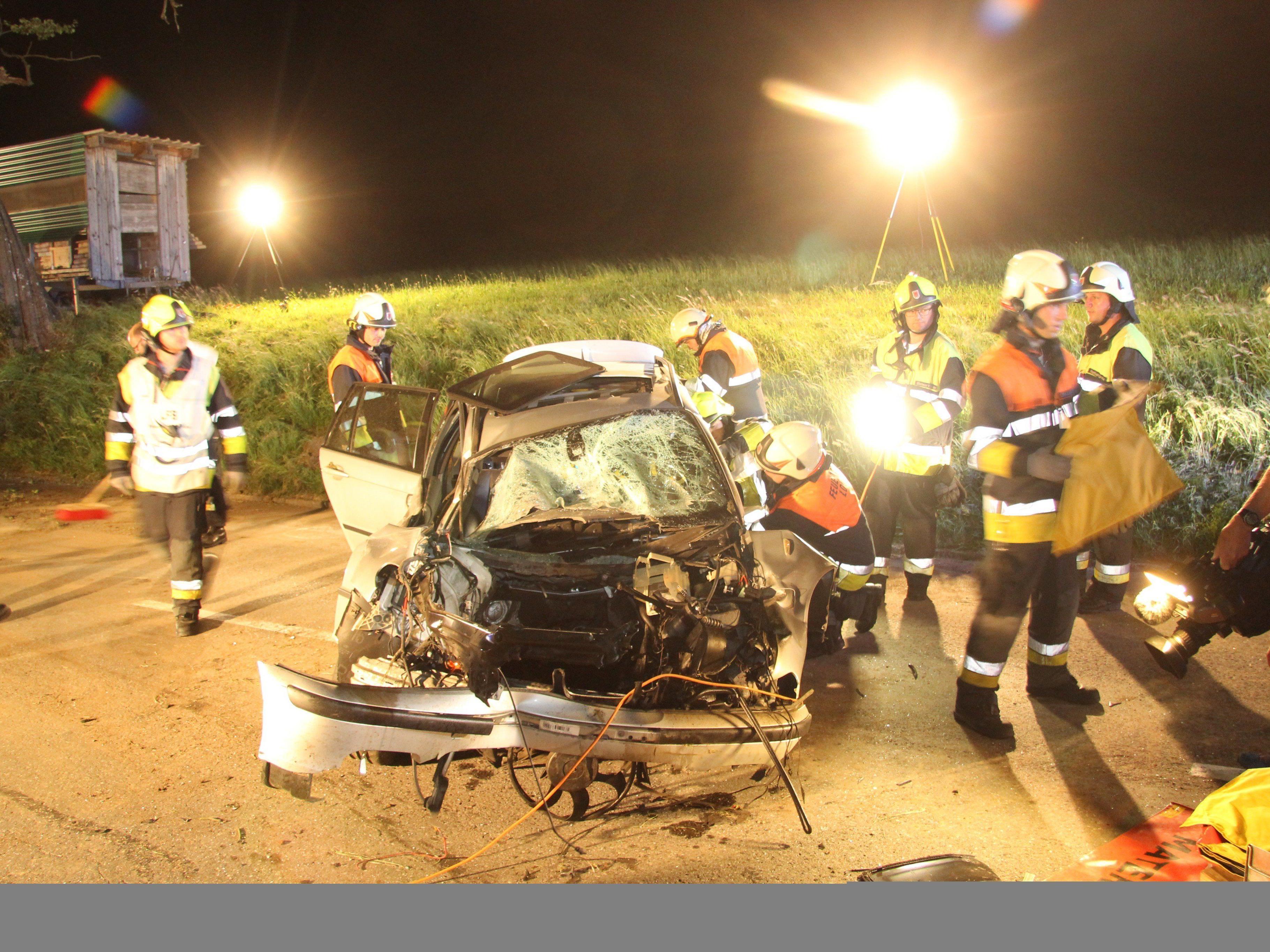 27-Jähriger nach schwerem Unfall aus demoliertem Fahrzeug befreit.