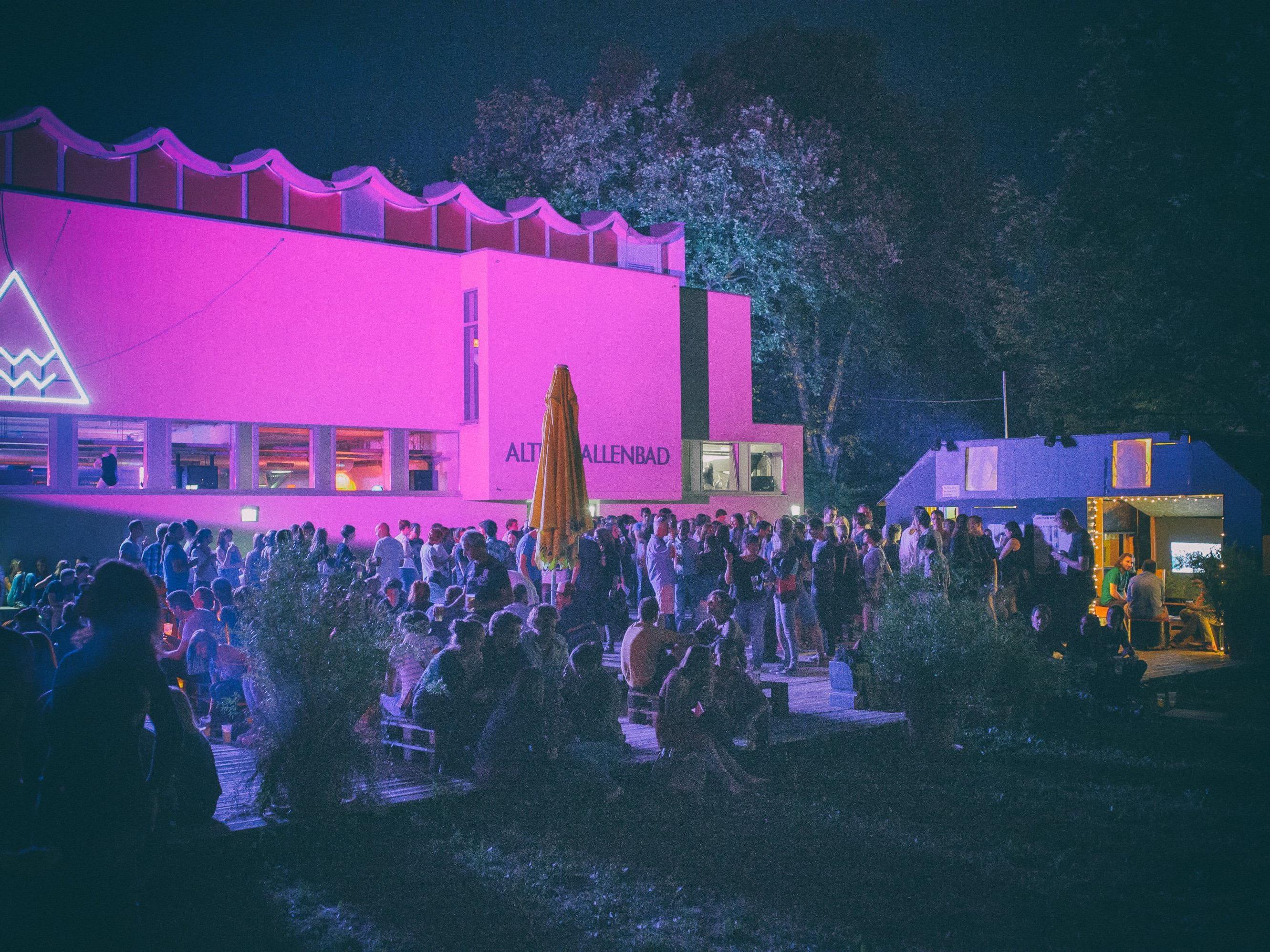 poolbar//festival mit Theophilus London & Holz-Architektur.