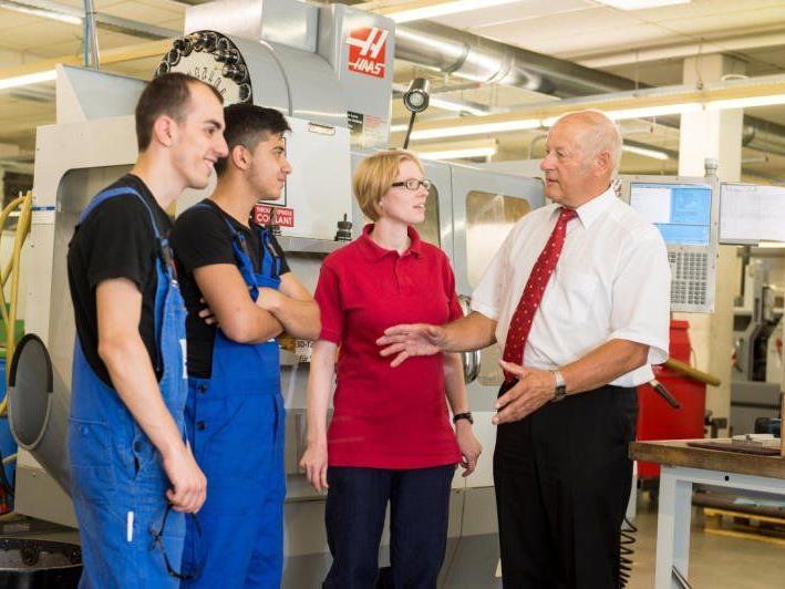 Besuch im Überbetrieblichen Ausbildungszentrum Rankweil. Egon Blum im Gespräch mit Lehrlingen und Ausbilderin.
