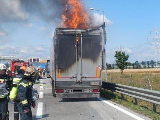 Auf der S1 ist ein Lkw ausgebrannt.