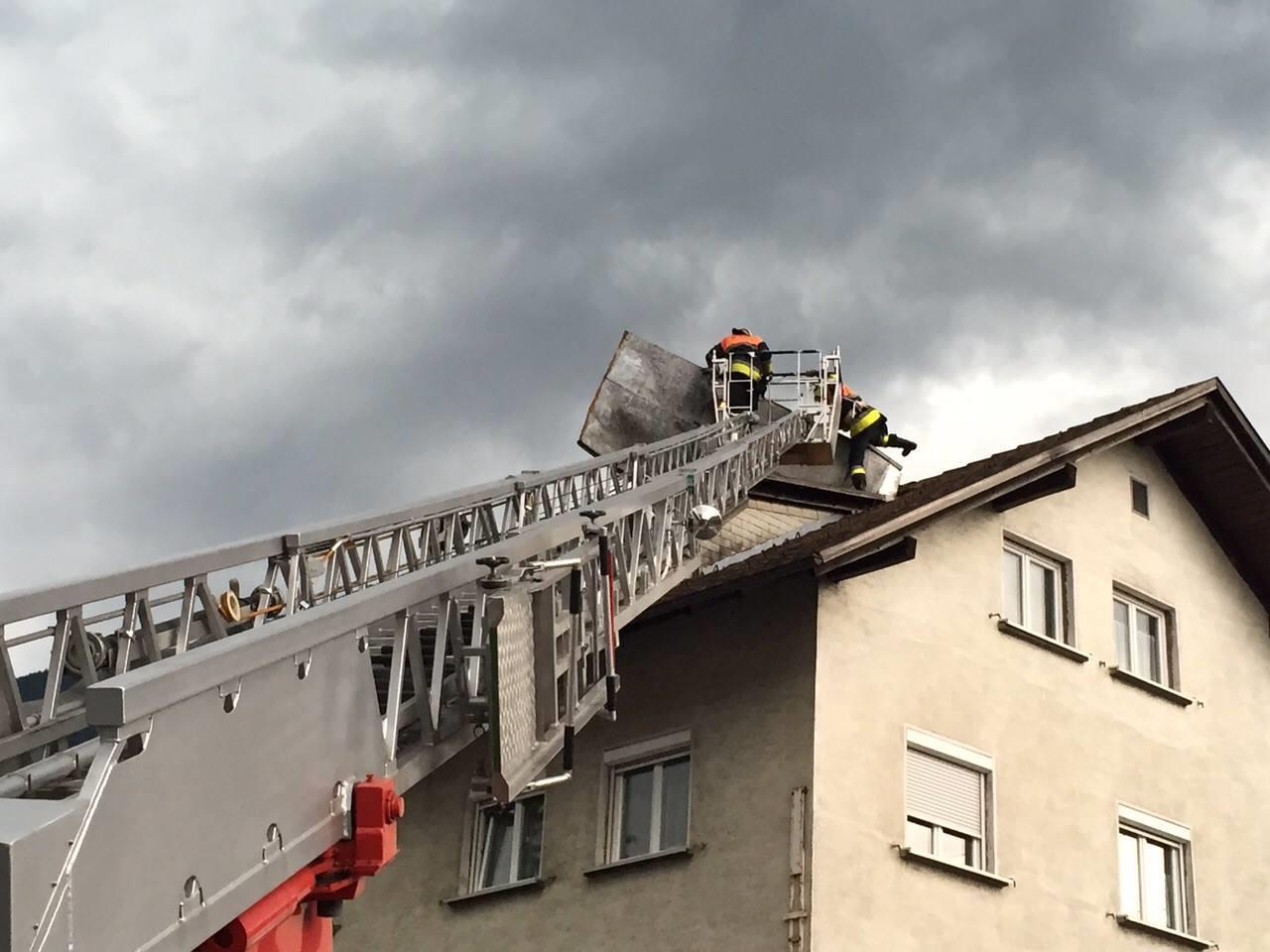 Unwetter: Feuerwehr Bludenz reparierte abgedecktes Dach provisorisch.