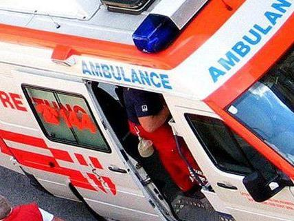 Eine Frau wurde von einem Auto überrollt.