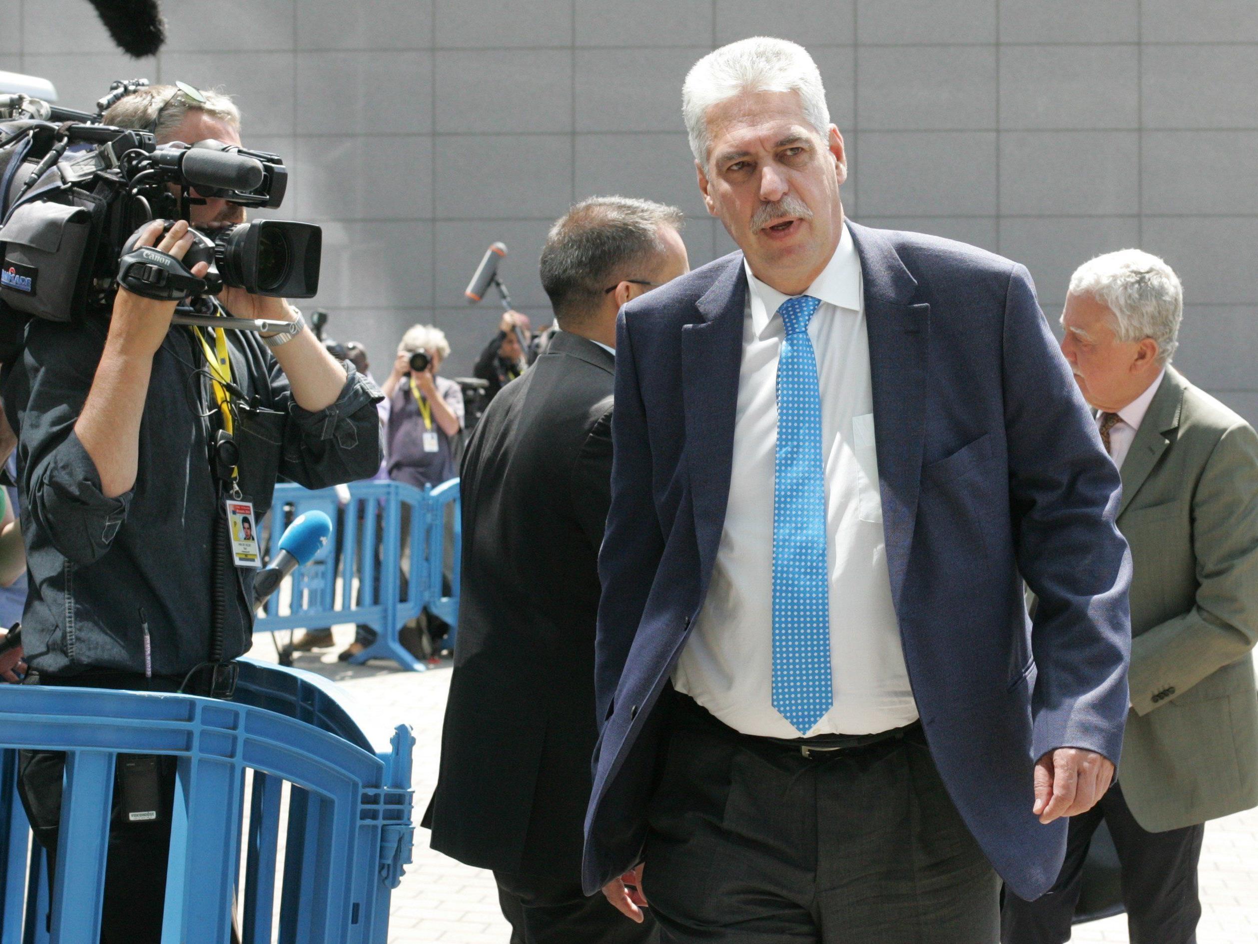 Auch wenn die Opposition dagegen ist: Finanzminister Schelling bekommt den Auftrag zu neuen Verhandlungen.