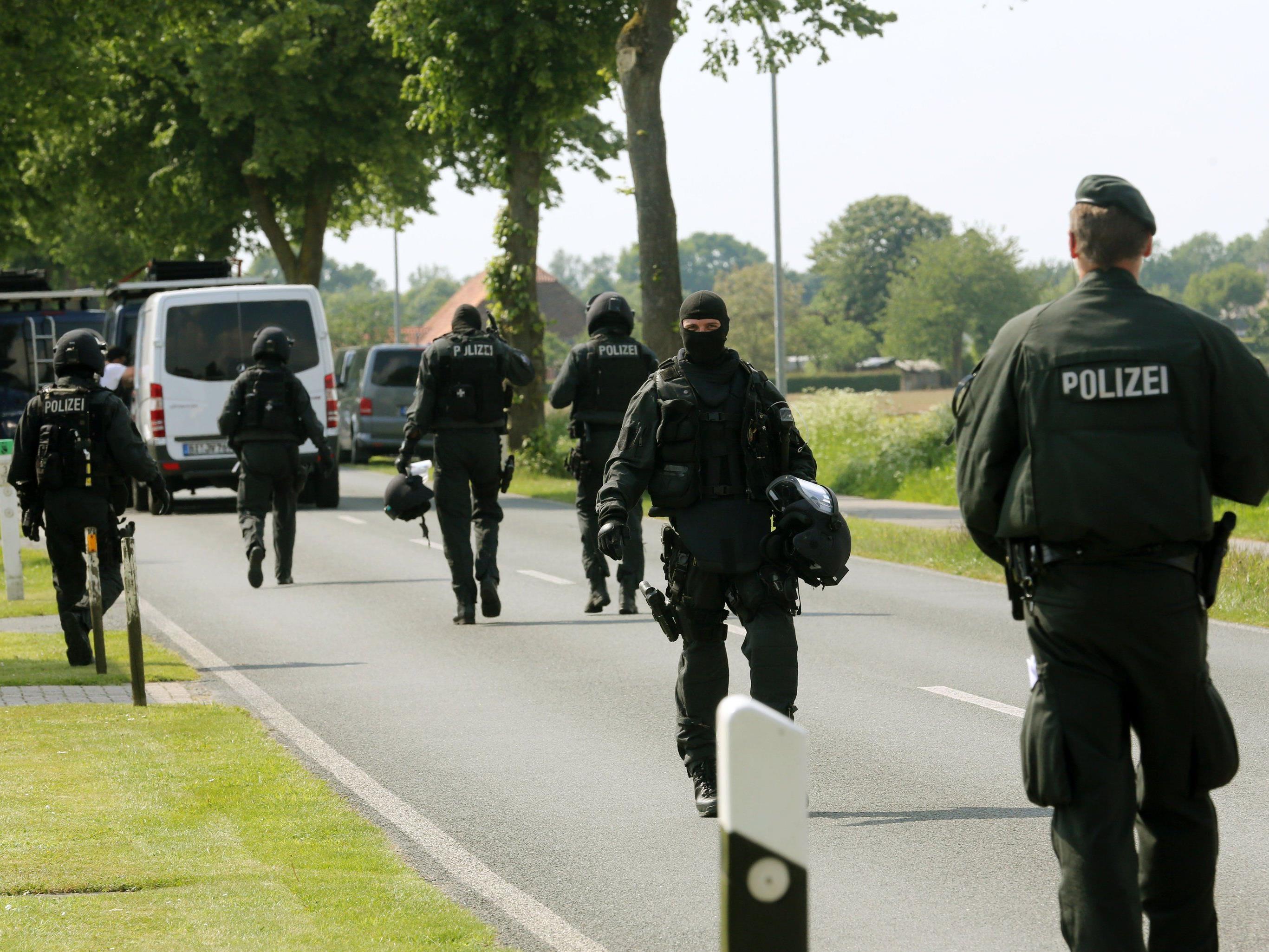 Spezialeinsatzkräfte der deutschen Polizei nehmen acht mutmaßliche Mafiosi fest.