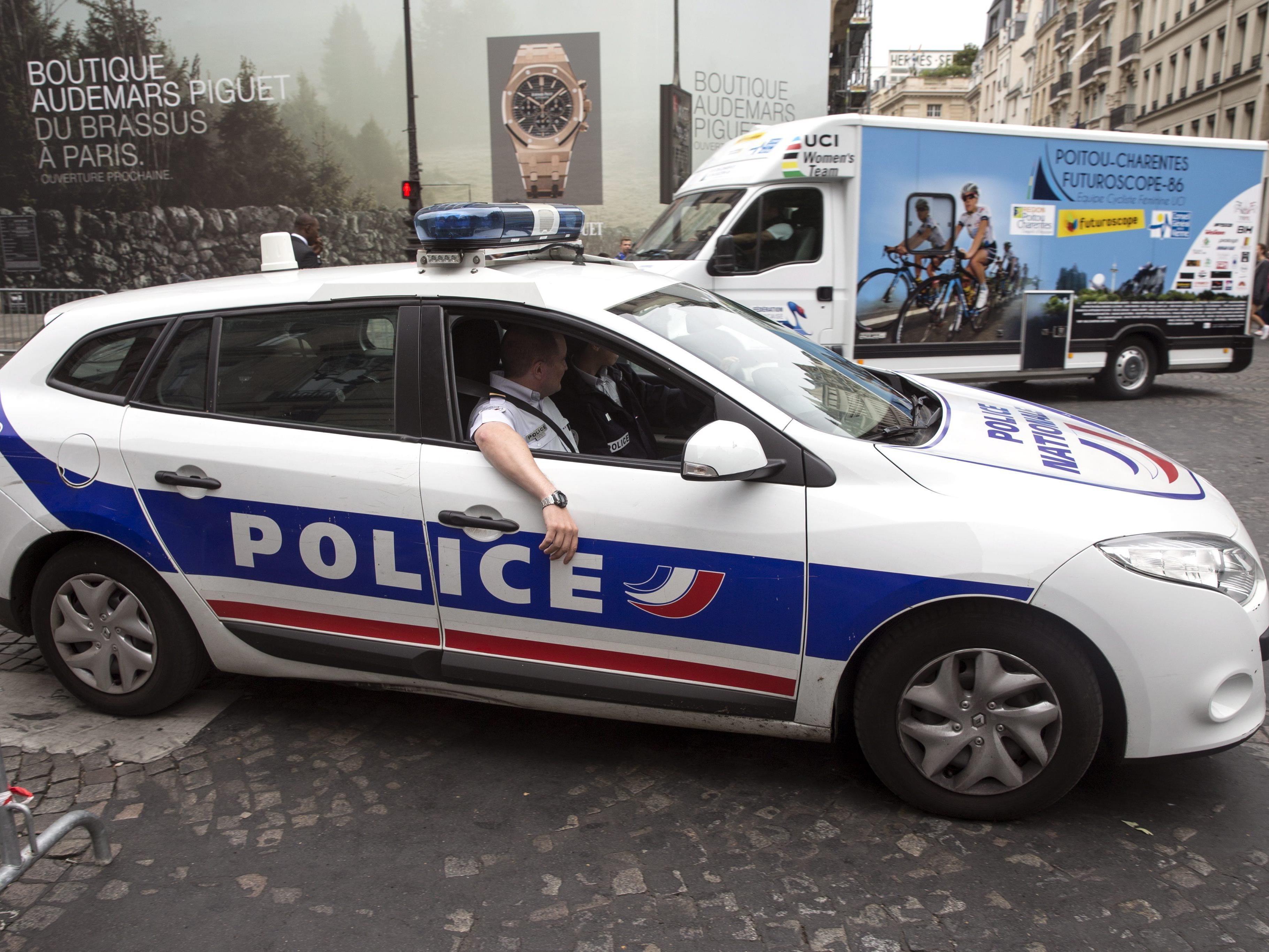 Der Zwischenfall ereignete sich an der Place de La Concorde, wo die Radrennfahrer traditionell die letzte Etappe der Frankreichrundfahrt abschließen und von Hunderttausenden bejubelt werden.