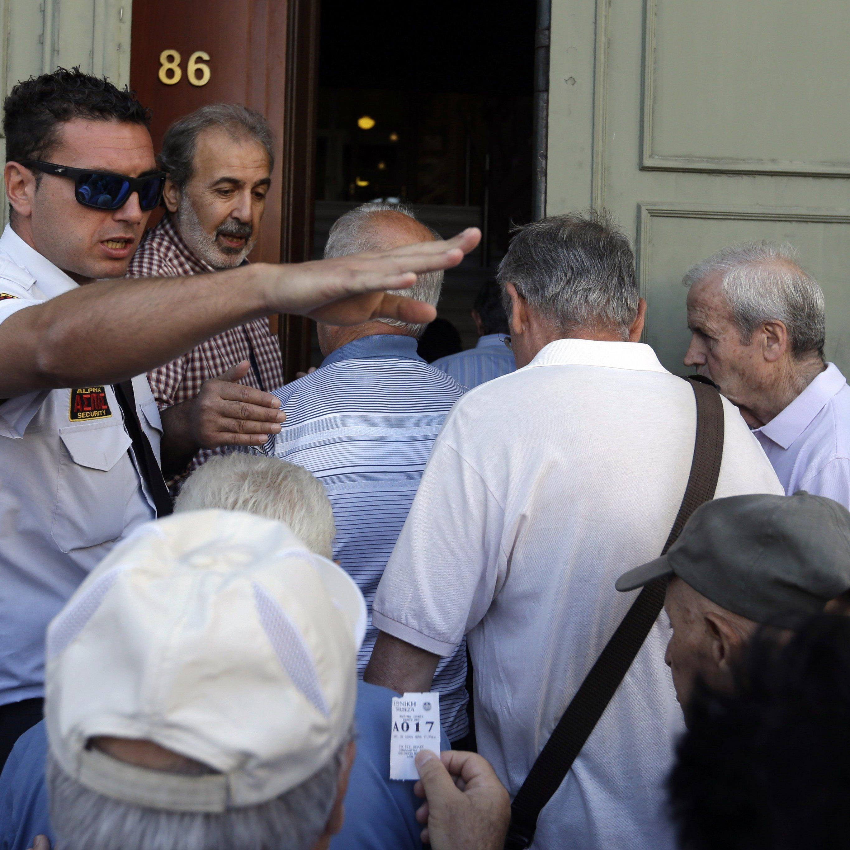 Vor den meisten Banken in Griechenland bildeten sich am Montag Warteschlangen.