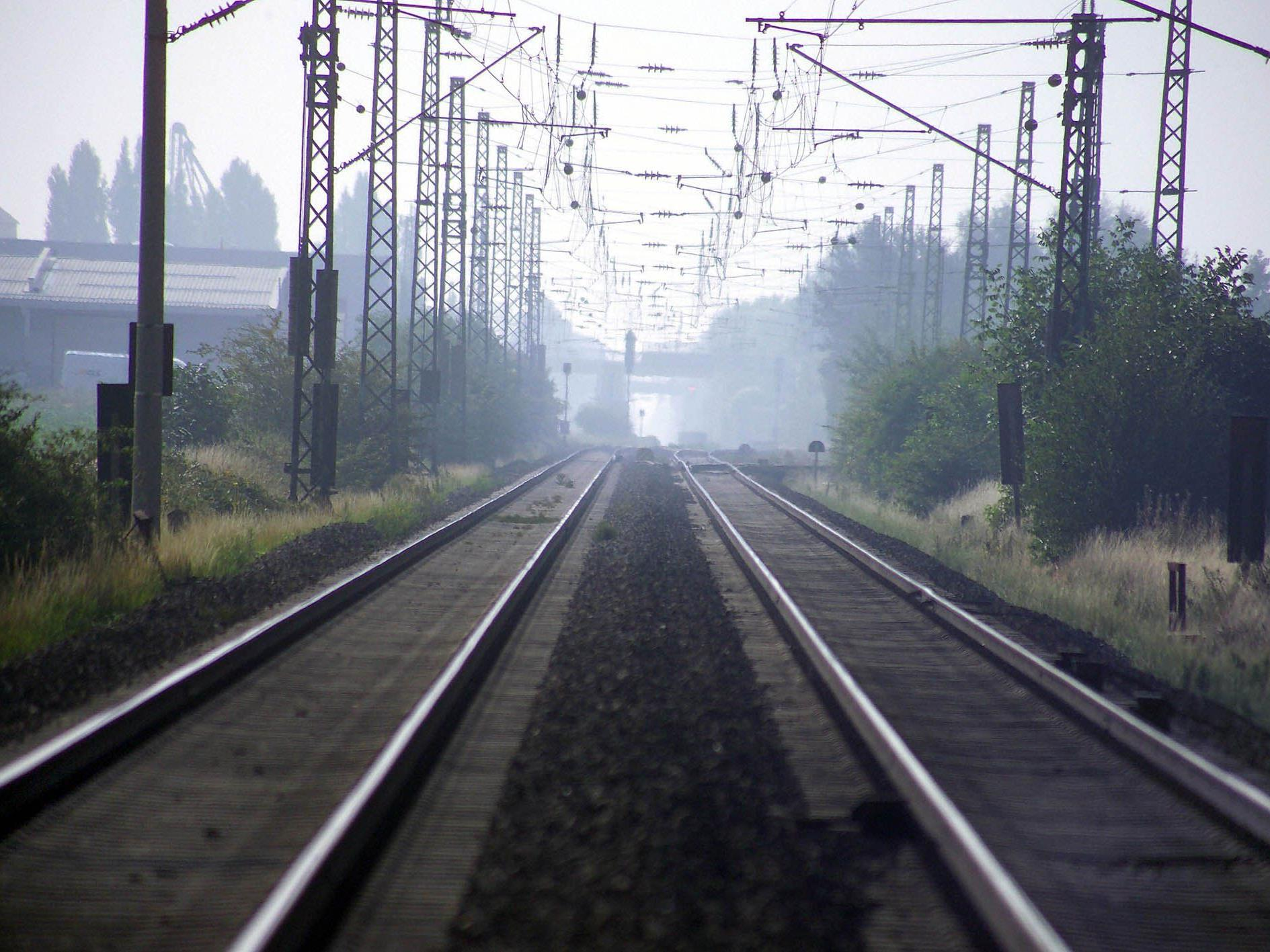 Im Bereich der Gleise hätten am Donnerstag Temperaturen von bis zu 80 Grad geherrscht.
