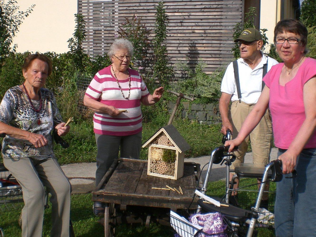 Seniorinnen und Senioren haben Insektenhotels für Nützlinge gebaut.