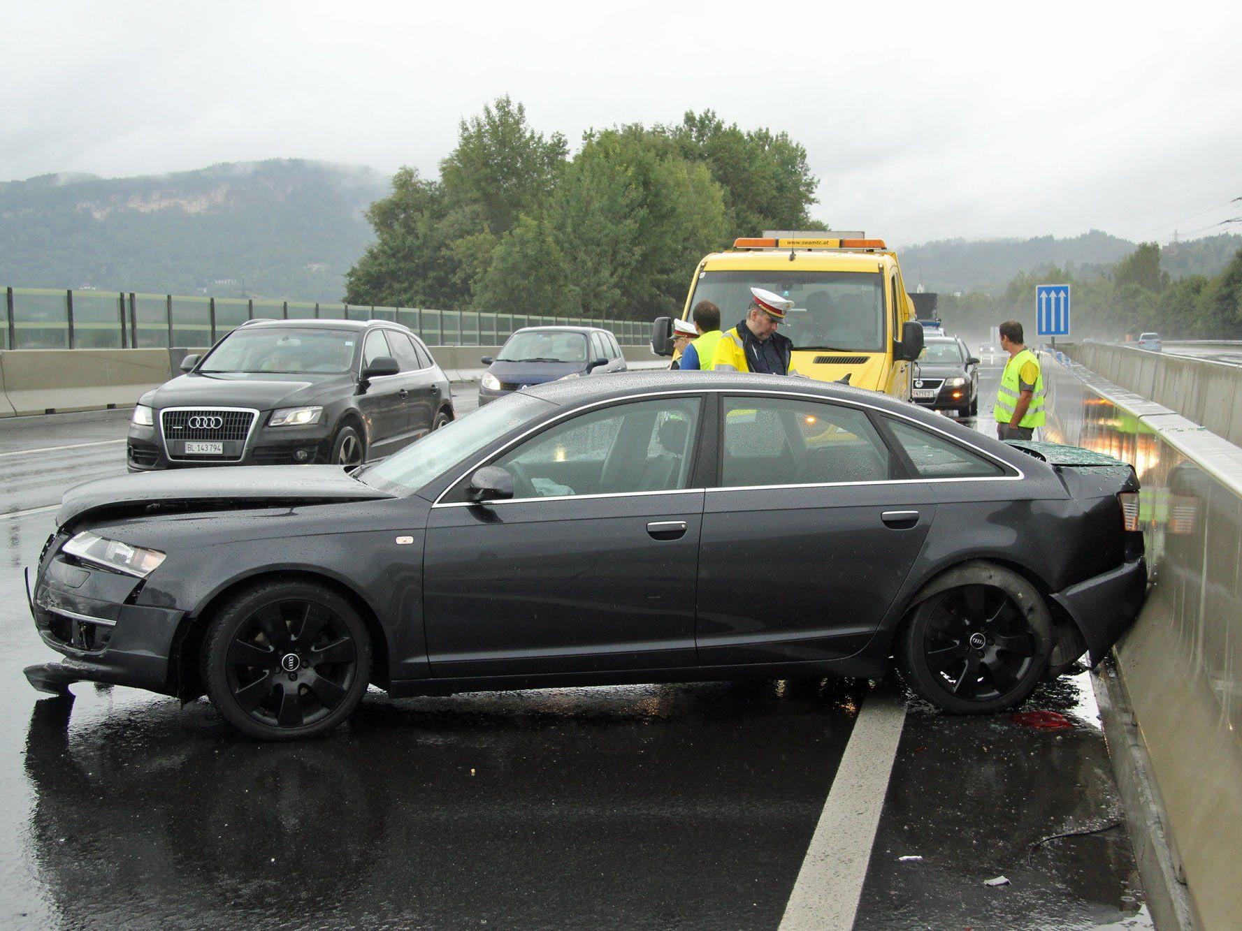 Fahrzeug auf A14 Höhe Wolfurt ins Schleudern geraten.