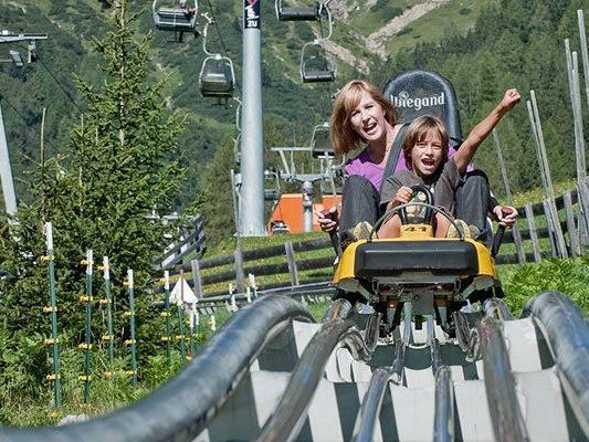Spaß gibt es auf den Rodelbahnen in den Alpen.