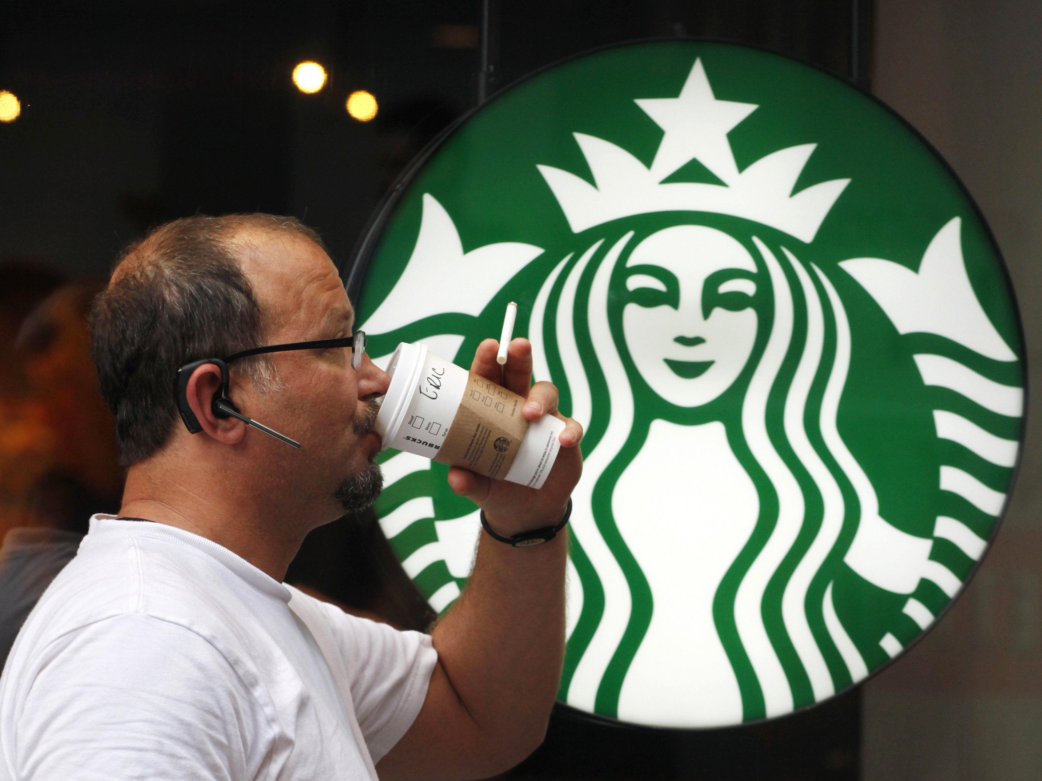 Dreister Kunde holt sich jeden Tag einen Kaffee umsonst bei Starbucks.