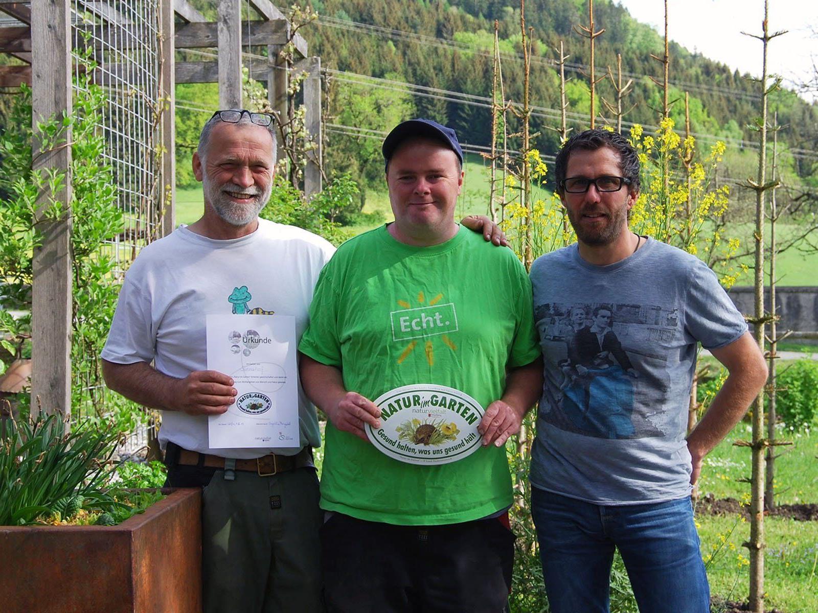 """Alois Riedmann, Alexander Aberer und Thomas Lampert (v.l.) freuen sich über die """"Natur im Garten""""-Plakette für den Sunnahof."""
