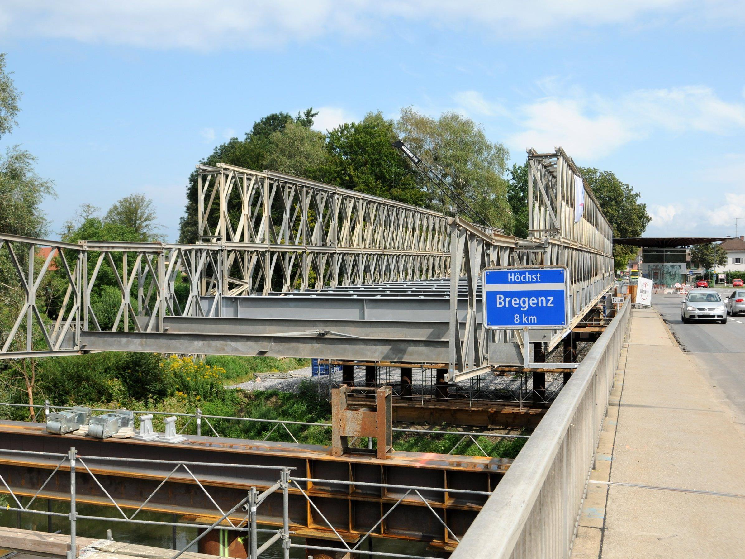 Derzeit wird die Ersatzbrücke über die Grenze am Alten Rhein errichtet