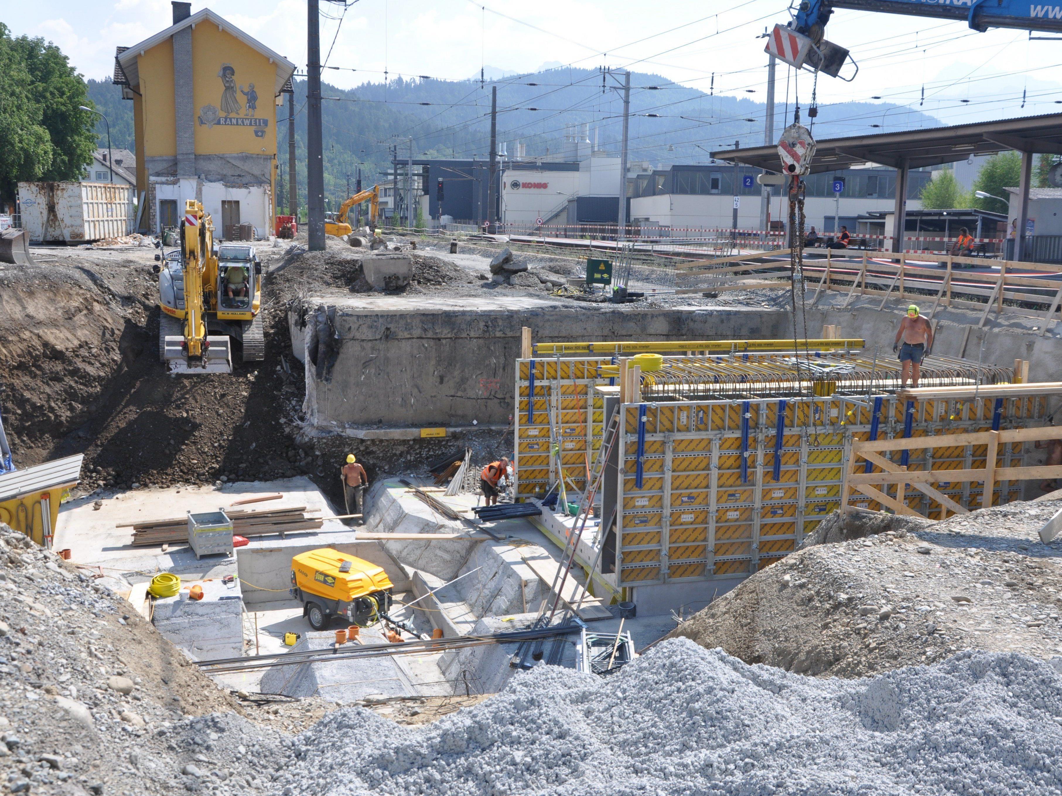 Hier entsteht die neue Bahnsteiunterführung direkt beim Bahnhof.