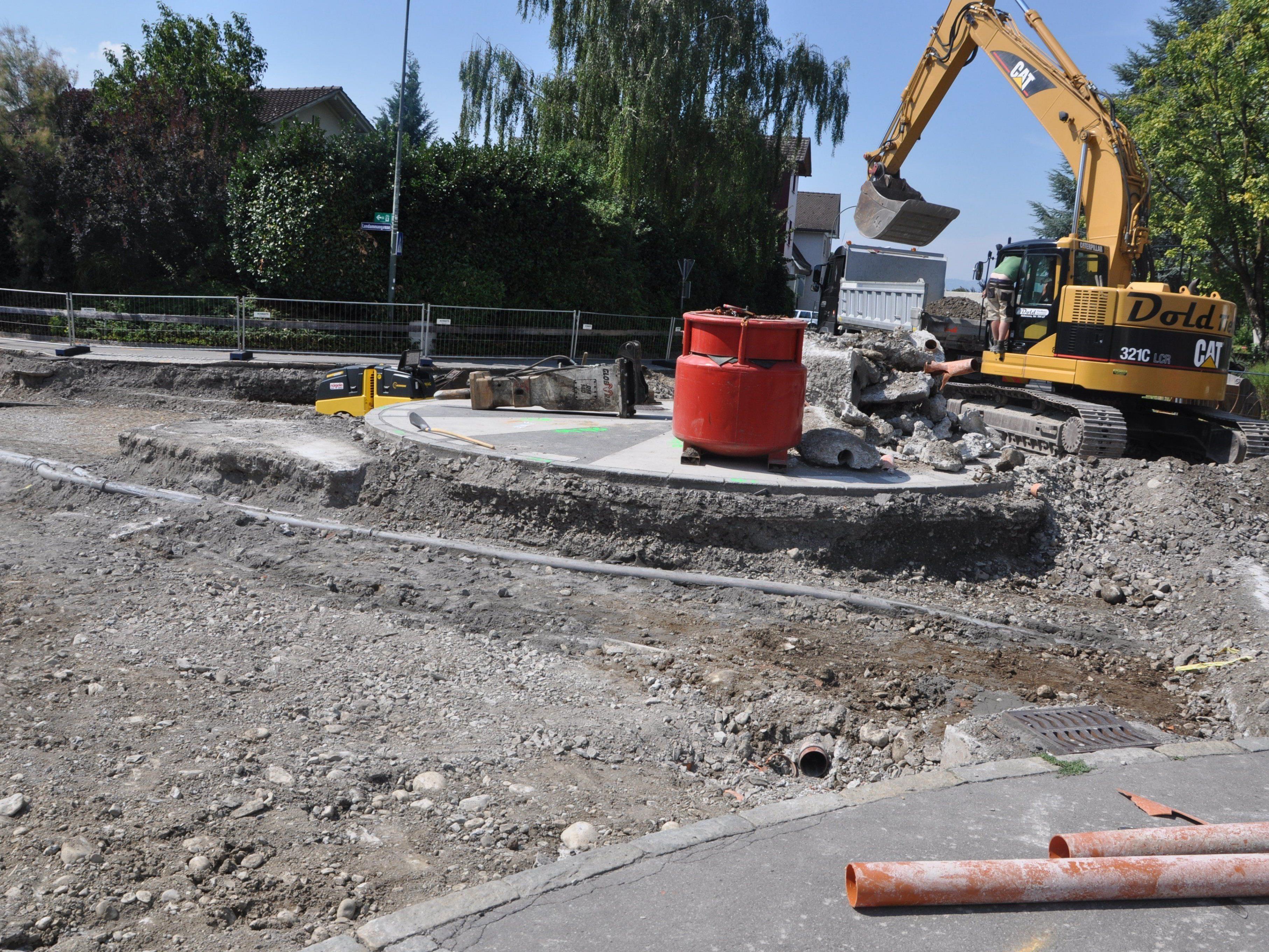 Beim Kreisverkehr Hadeldorfstraße wird kräftig gebaggert.
