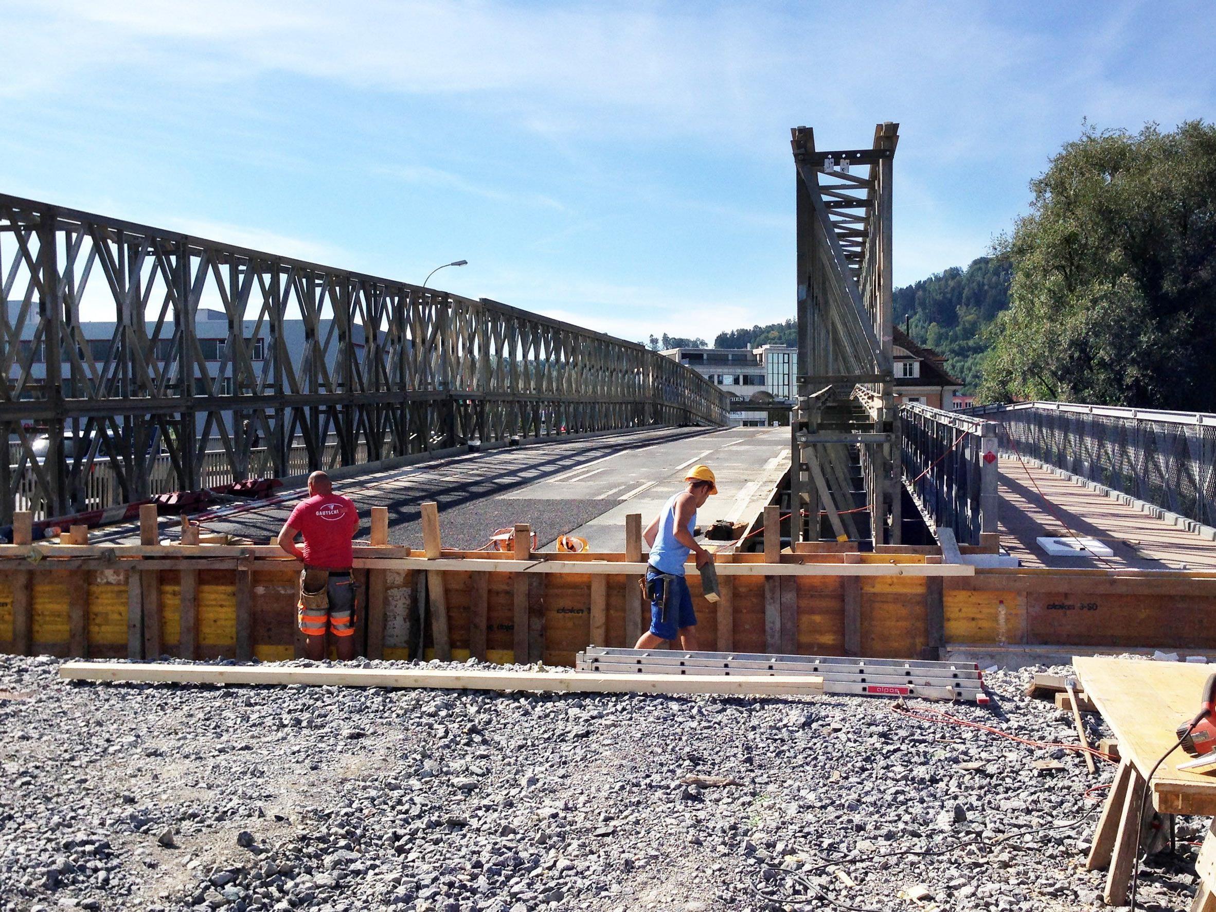 Die Ersastzbrücke über den Alten Rhein ist spätestens Ende September befahrbar. Rechts der Fußgängersteg.