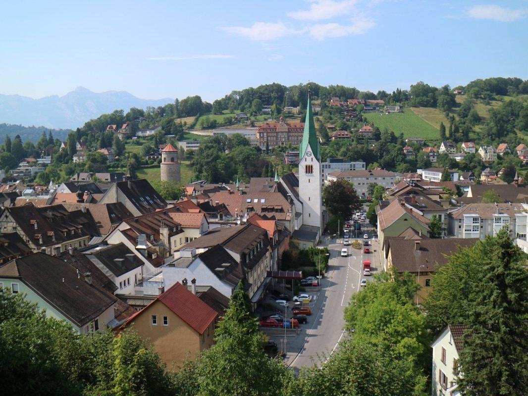 Im Jahre 1479 wurde der Kirchturm unter dem Architekten Hans Sturn erbaut und ist eines der Wahrzeichen der Montfortstadt.