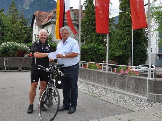 Im Rathaus Bludenz machte Franz Peter Kofler Halt und erhielt eine Spende für seine Aktion.