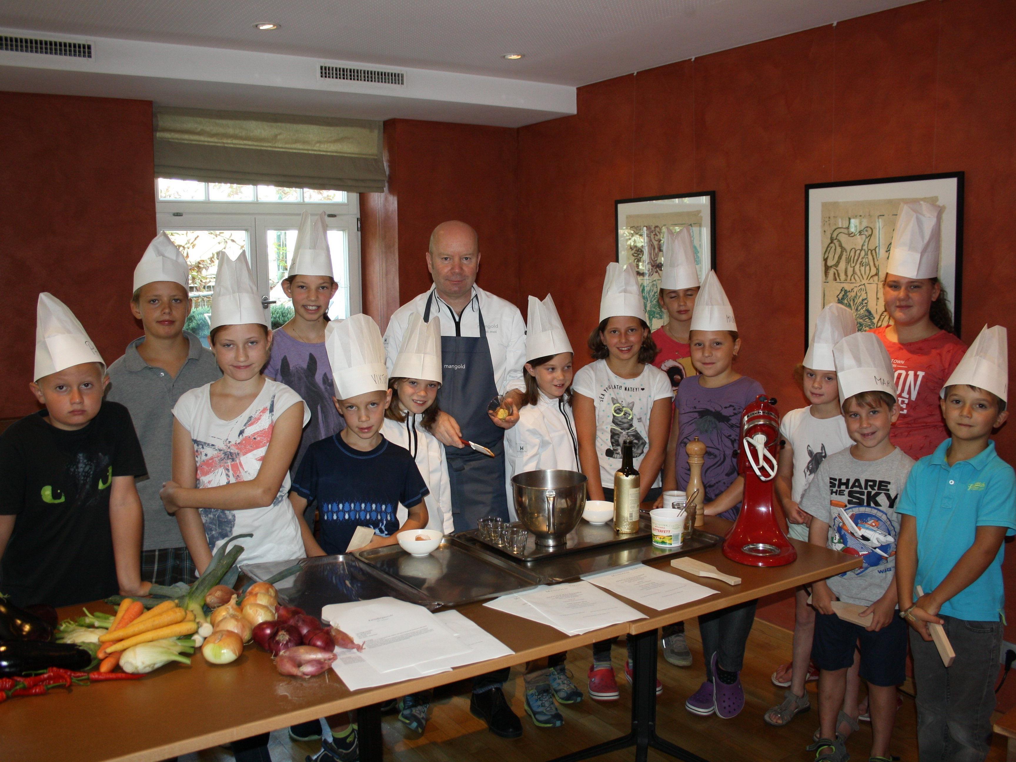"""Viel Spaß hatten die jungen Kochlehrlinge beim """"Ferienkochkurs mit Michael Schwarzenbacher"""" im Restaurant Mangold in Lochau"""