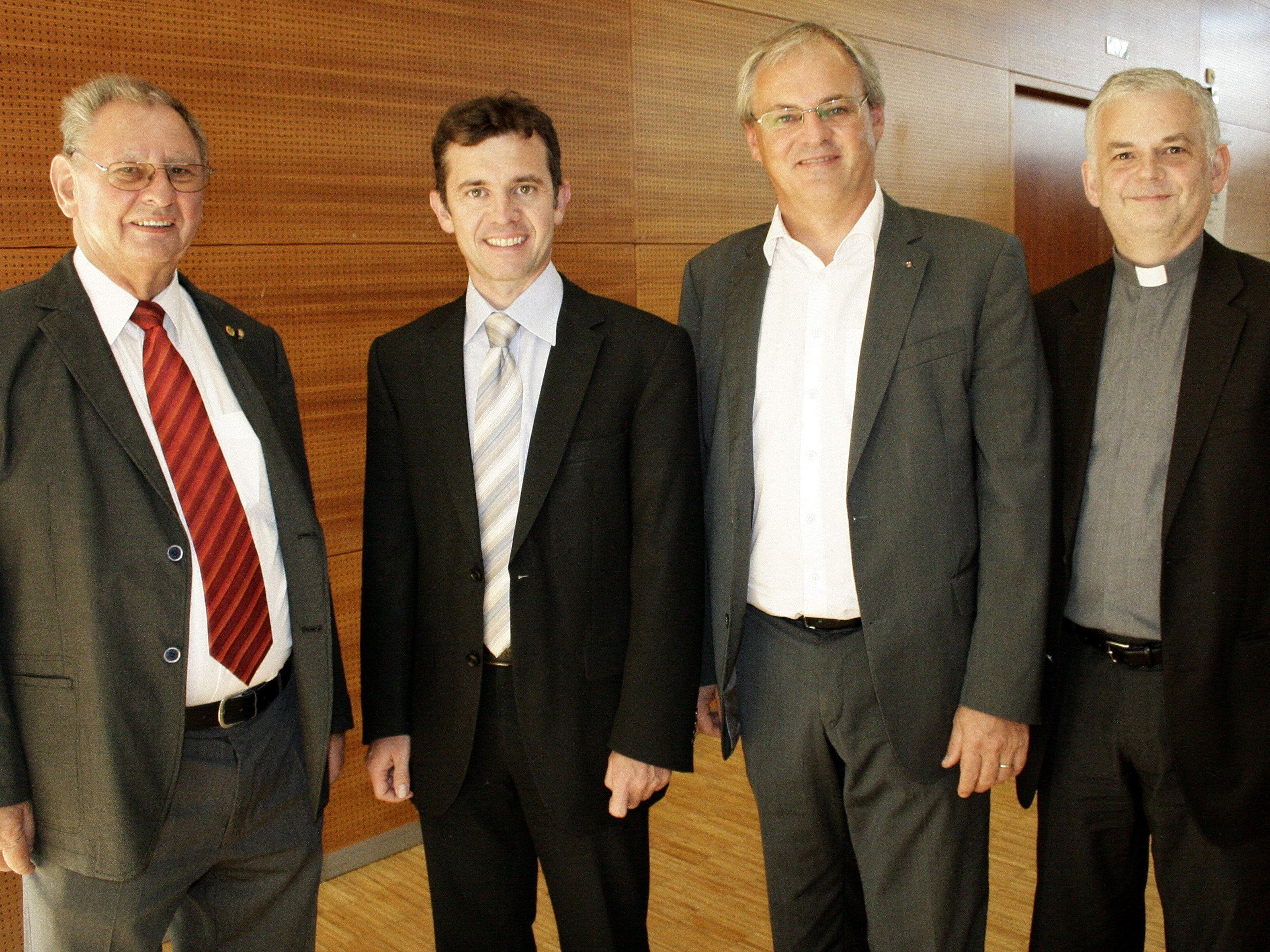 Landesgildewart Karl Fink, Bürgermeister Martin Summer, Landtagspräsident Harald Sonderegger und Wallfahrtsseelsorger Walter H. Juen (v.l.) freuen sich über die Sonderbriefmarke.