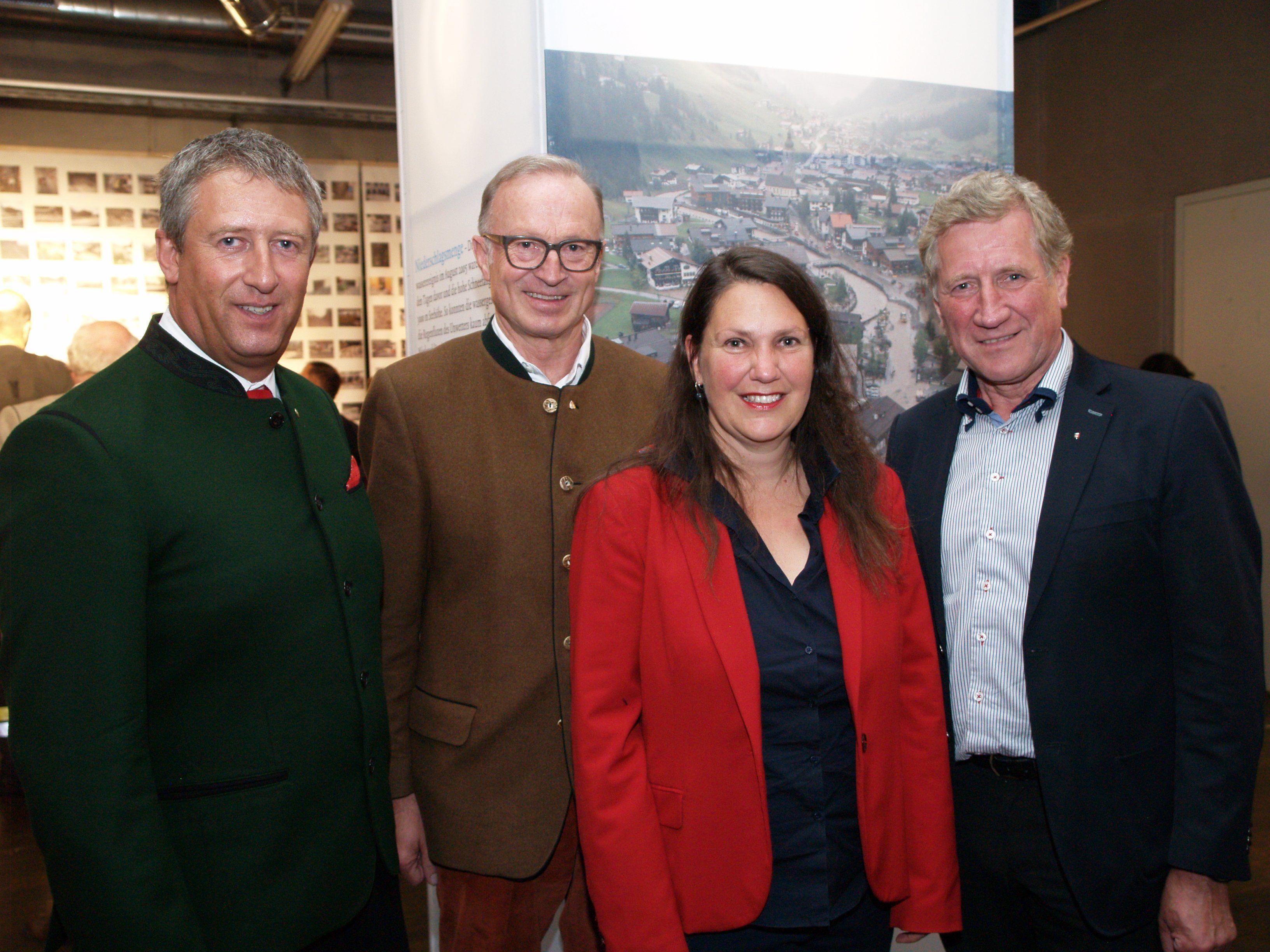 Die Organisatoren der Ausstellung Stefan Jochum und Monika Gärtner mit Bürgermeister Ludwig Muxel und Eröffnungsredner Landesrat Erich Schwärzler