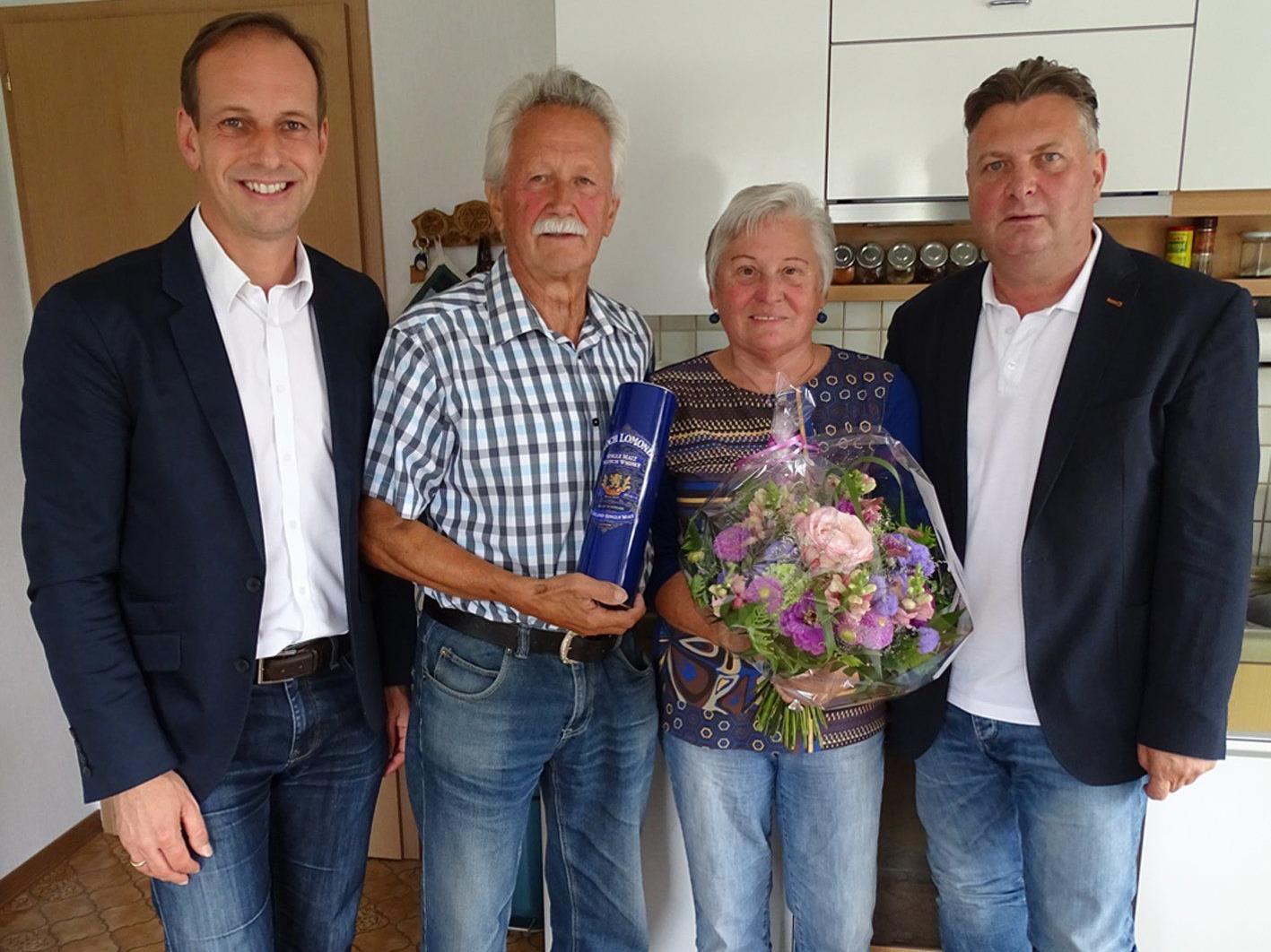 Dieter Egger und Friedl Dold (r.) gratulierten Friedrich und Anna Prossegger zur goldenen Hochzeit.