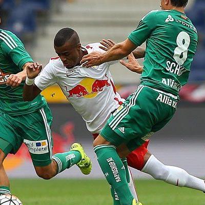 Louis Schaub (l./SK Rapid Wien), Felipe Augusto Rodrigues Pires (Mitte/Red Bull Salzburg/Mitte) und Stefan Schwab (r./SK Rapid Wien) beim Spiel