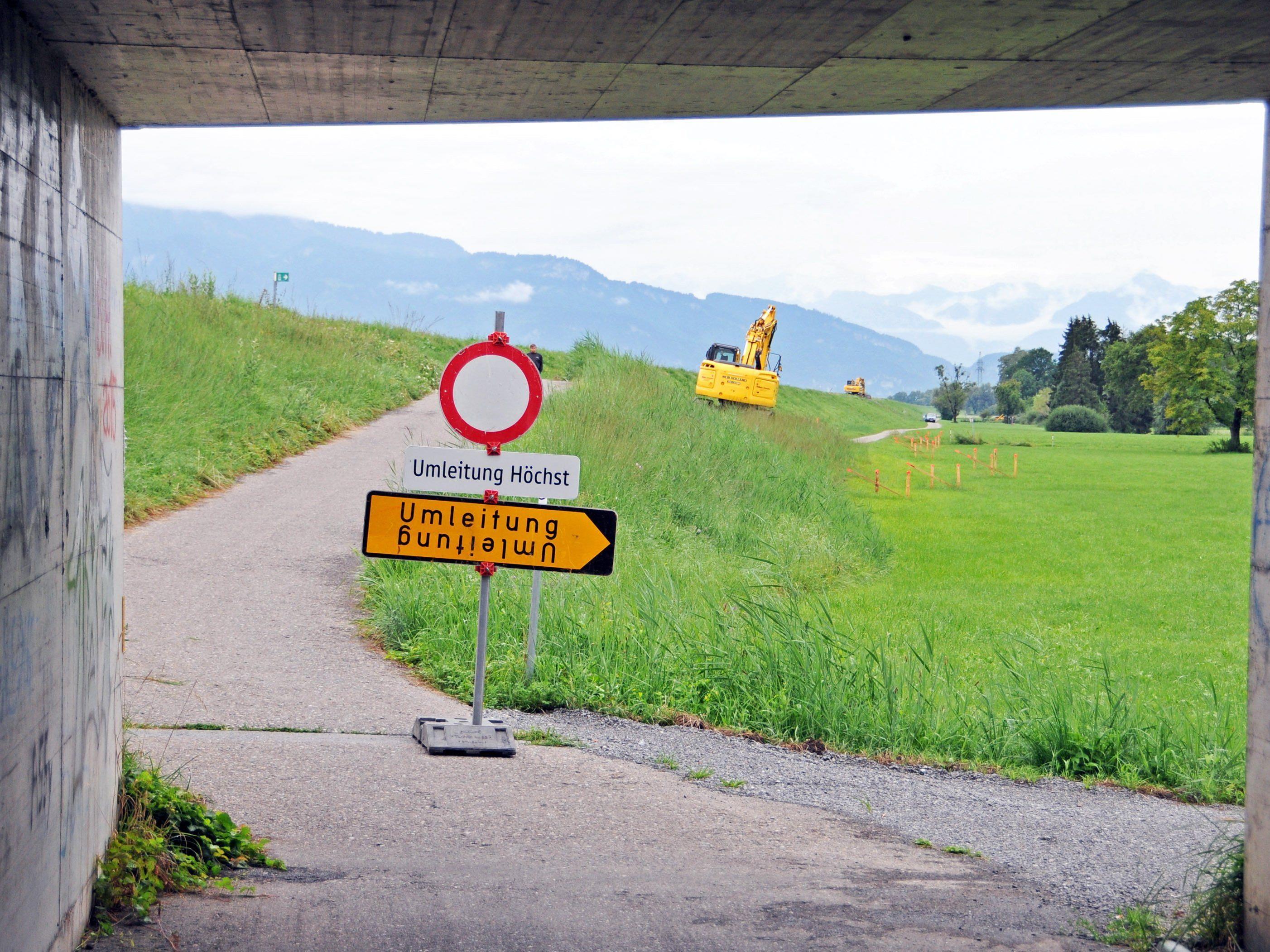 Am Rheindamm haben die Bauarbeiten für die Interventionspiste begonnen, die Radfahrer werden umgeleitet.