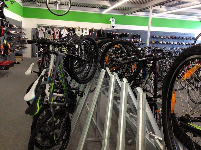 Direkt aus dem Geschäft wurden in der Nacht 80 Fahrräder abtransportiert.