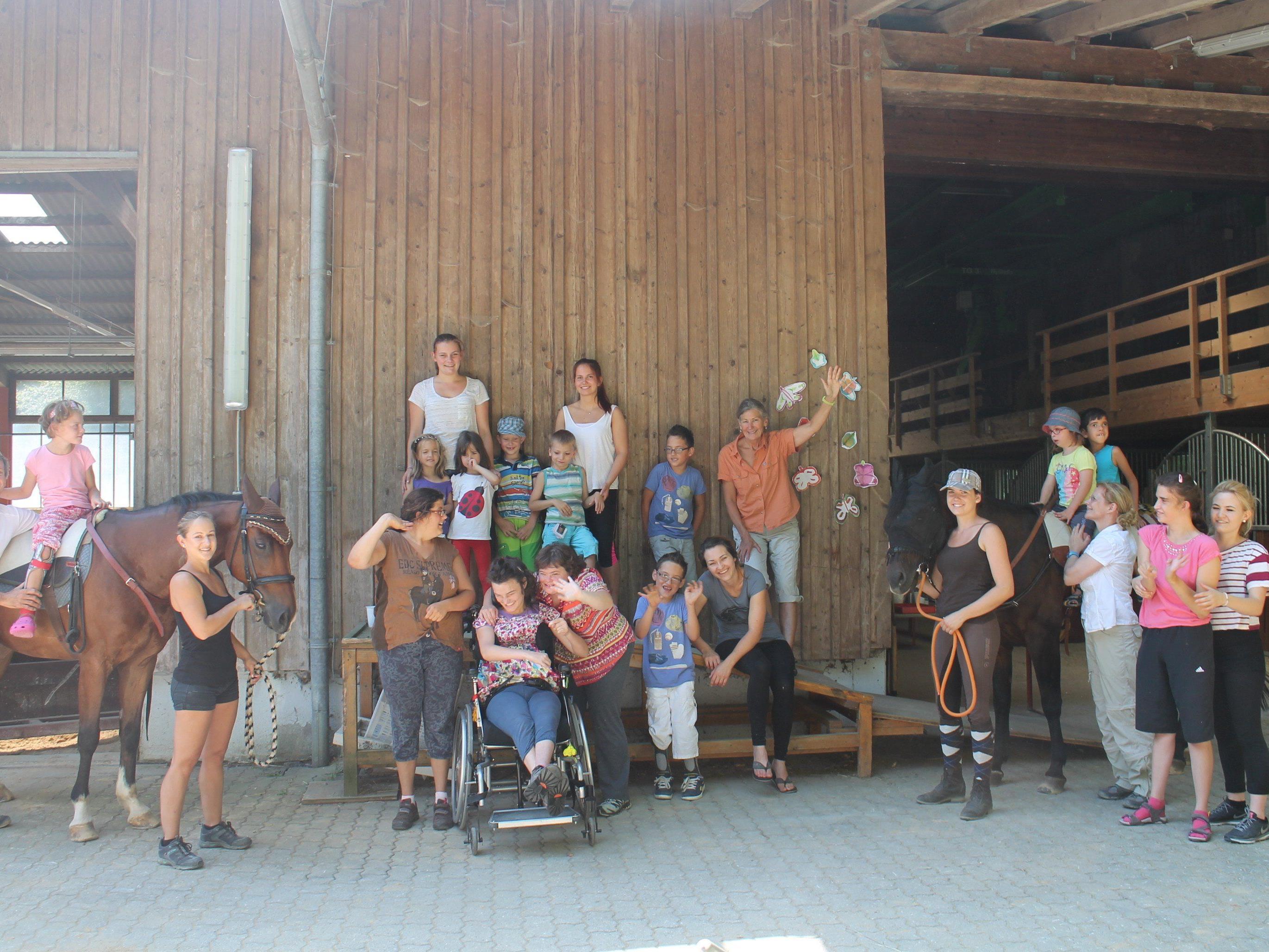 Kinder genießen die Therapie auf dem Pferderücken