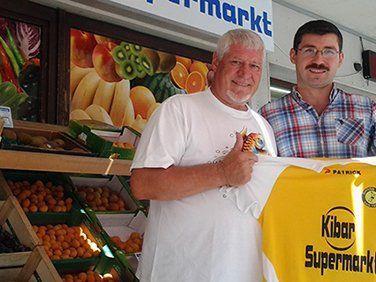 Sigi Gsteu, Vorstand Sponsoring mit Geschäftsführer Taskin Kibar von der KIBAR Supermarkt GmbH