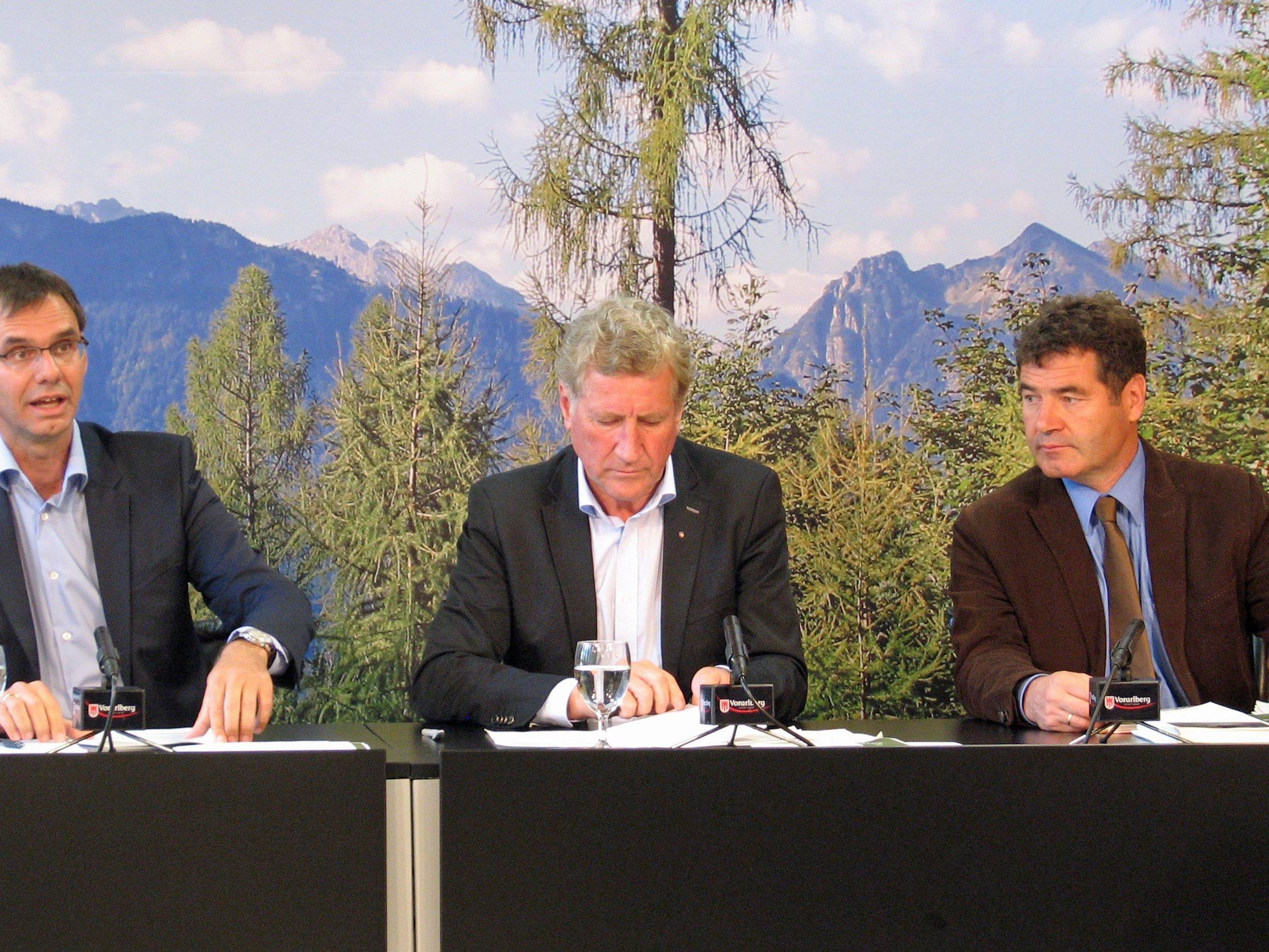 Landeshauptmann Wallner, Landesrat Schwärzler und Forstexperte Amann präsentierten im Pressefoyer eine Zwischenbilanz der Vorarlberger Waldstrategie