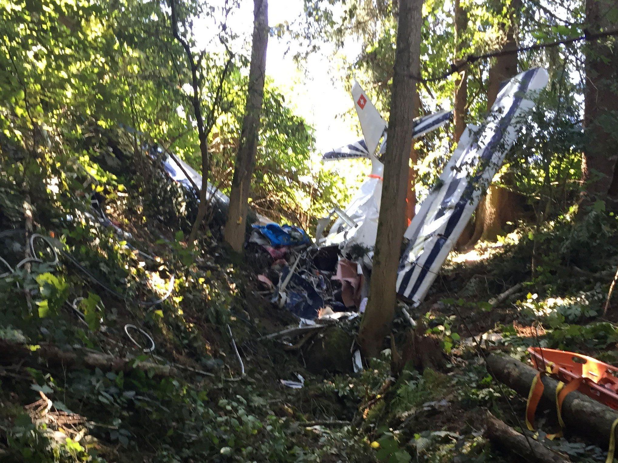 Das Kleinflugzeug wurde beim Aufschlag schwer beschädigt, für die Insassen kam jede Hilfe zu spät.