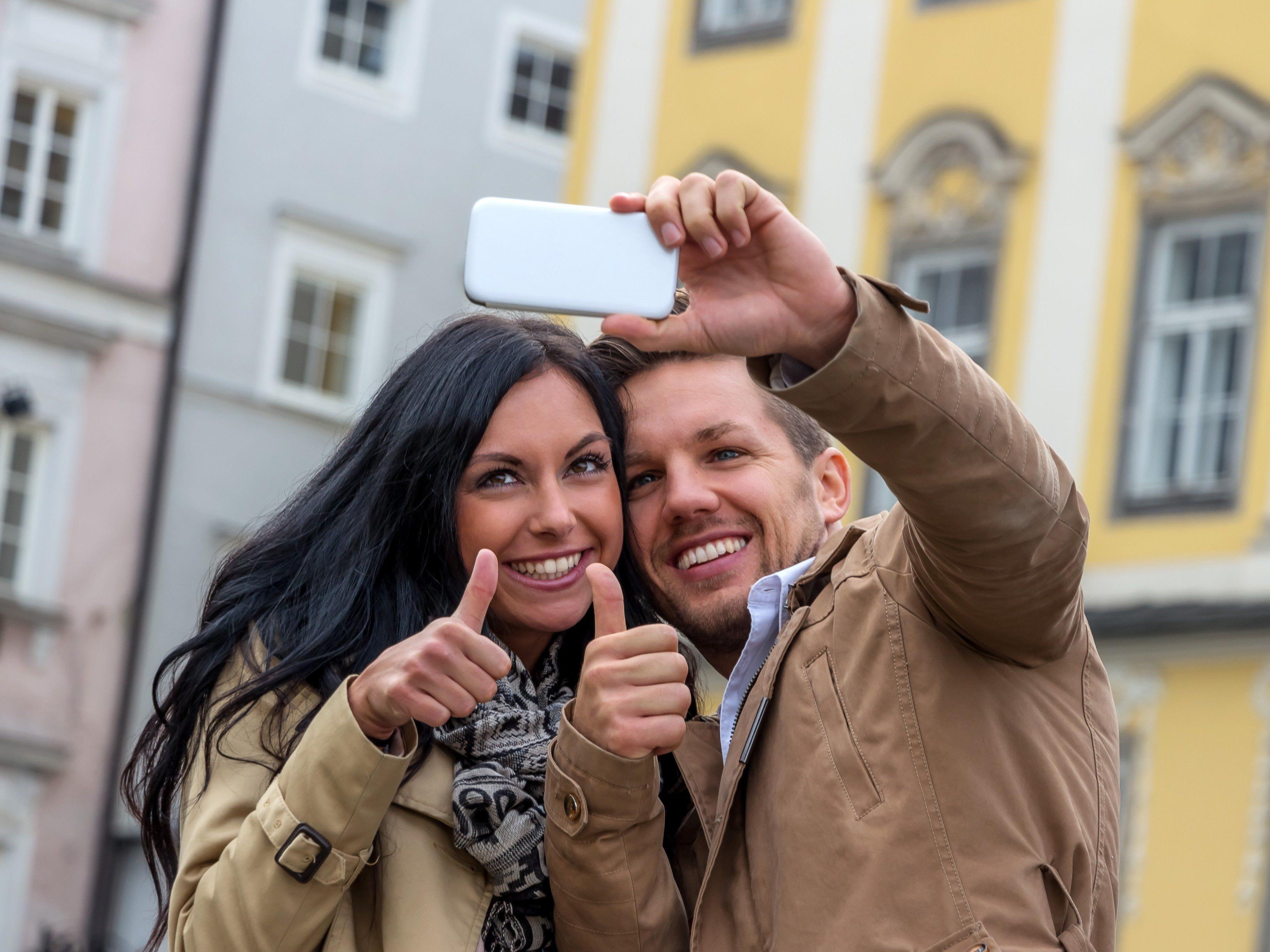 """Kein """"Daumen hoch"""": Selfies und Essensbilder nerven am häufigsten."""