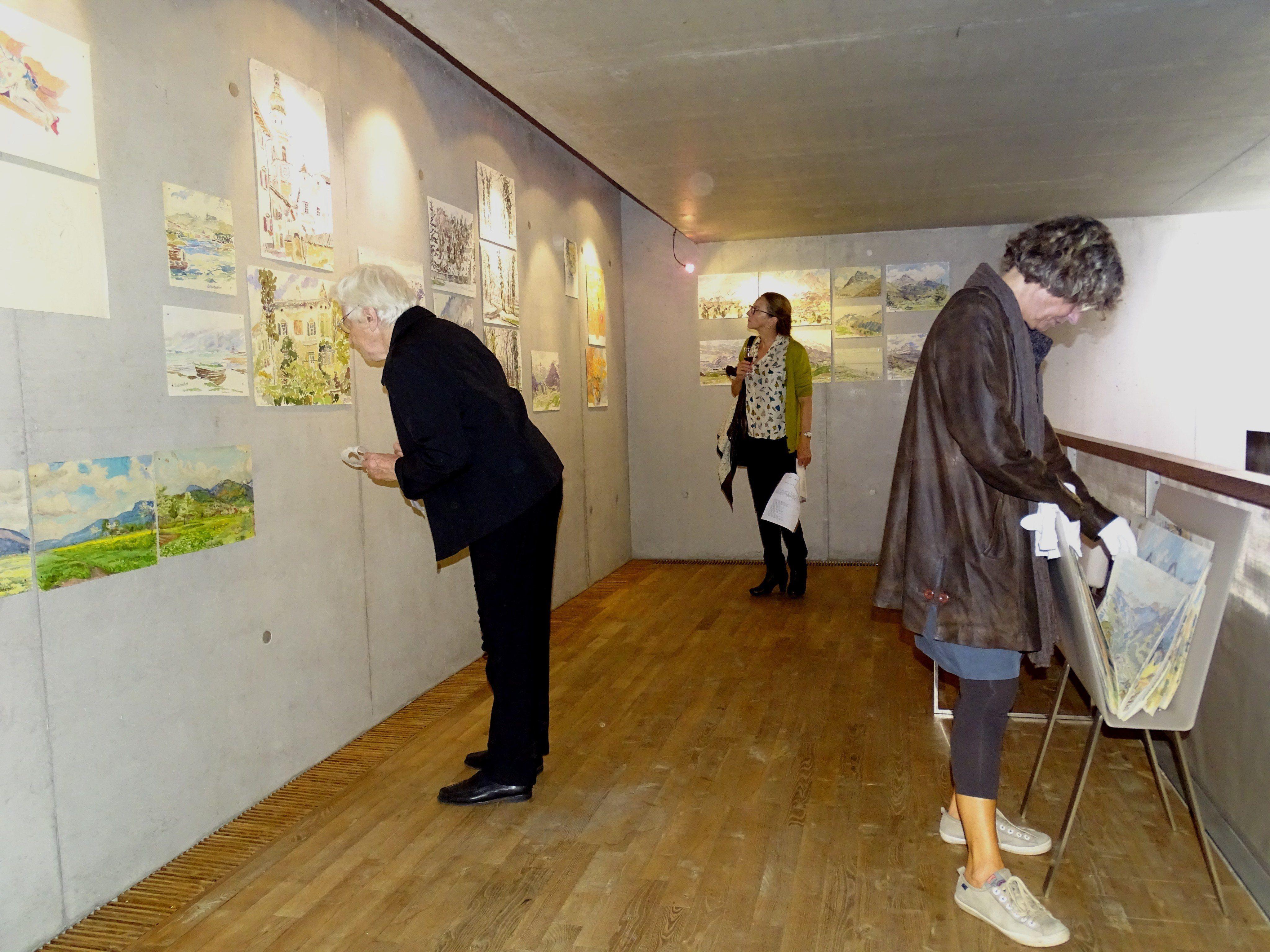 Die kunstinteressierten Besucher ließen die Werke von Gottlieb Nuderscher auf sich wirken.