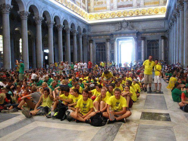 Die Vandanser Ministranten (in gelb) bei der Abschlussmesse in Rom.