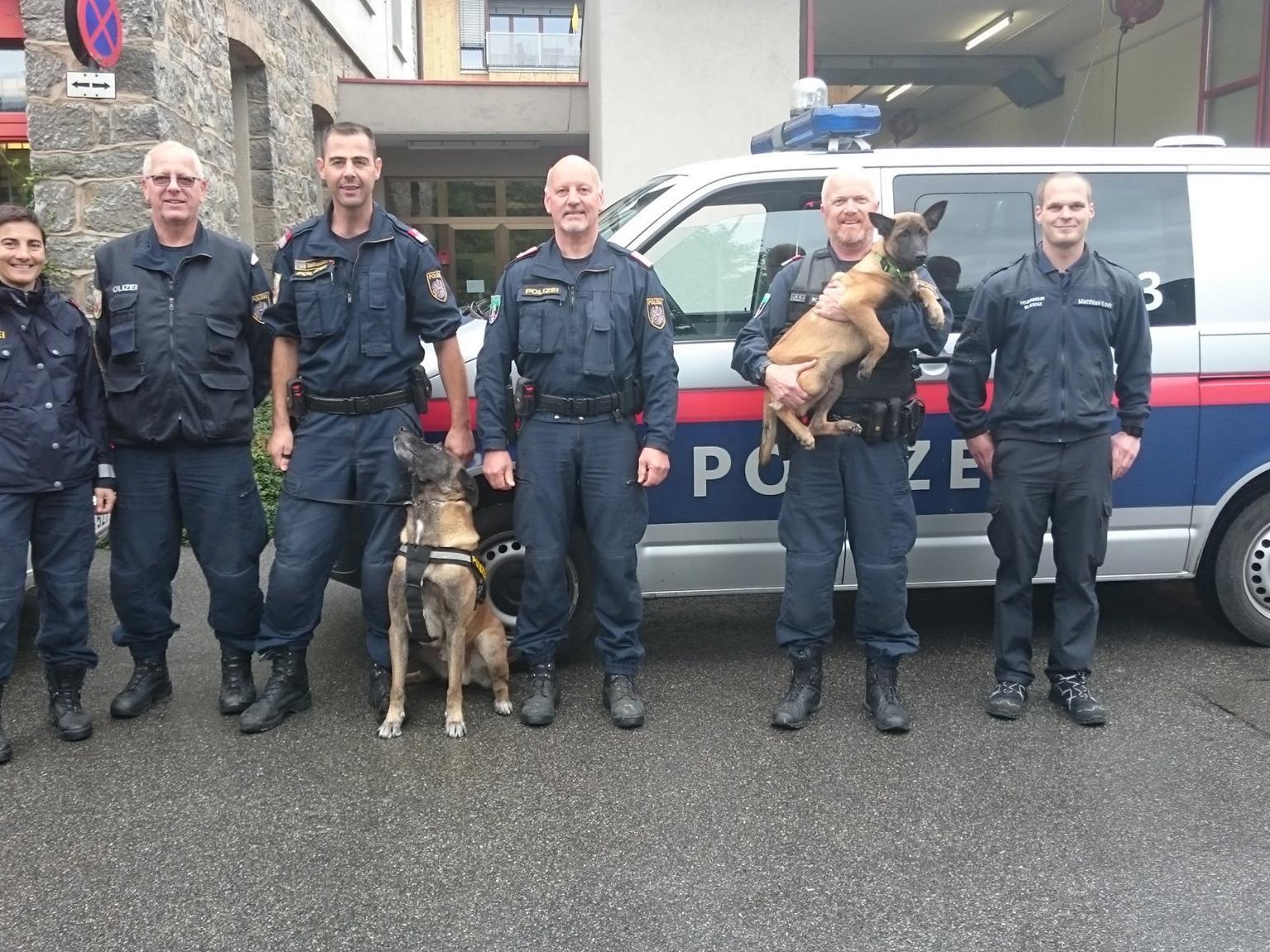 Fünf Drogen-Suchhunde der Polizei trainierten bei der Feuerwehr Bludenz.