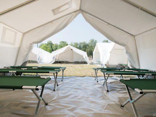 Zelte in der Schwarzenbergkaserne in Wals-Siezenheim